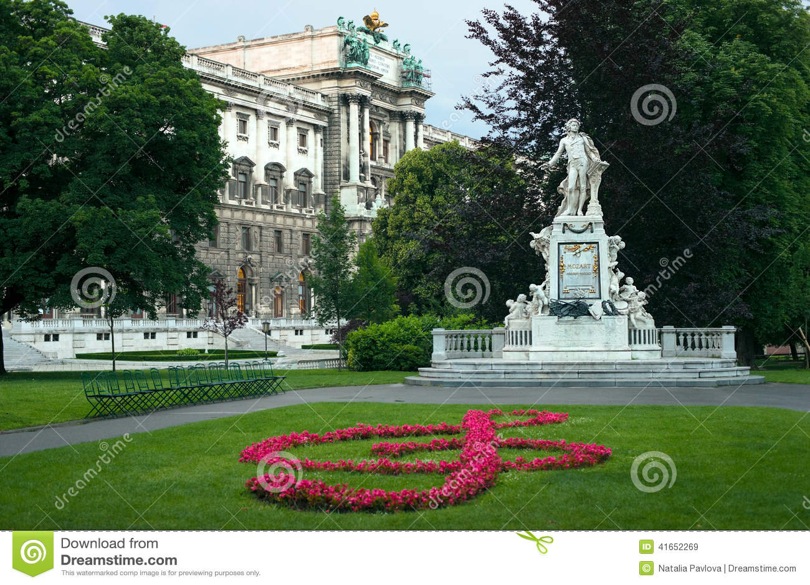 Статуя дворца Mozart и Hofburg