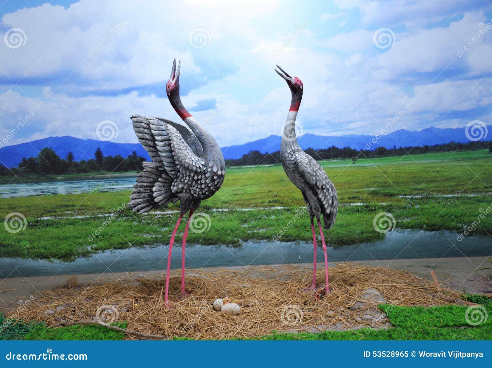 Статуя вытягивает шею птицы