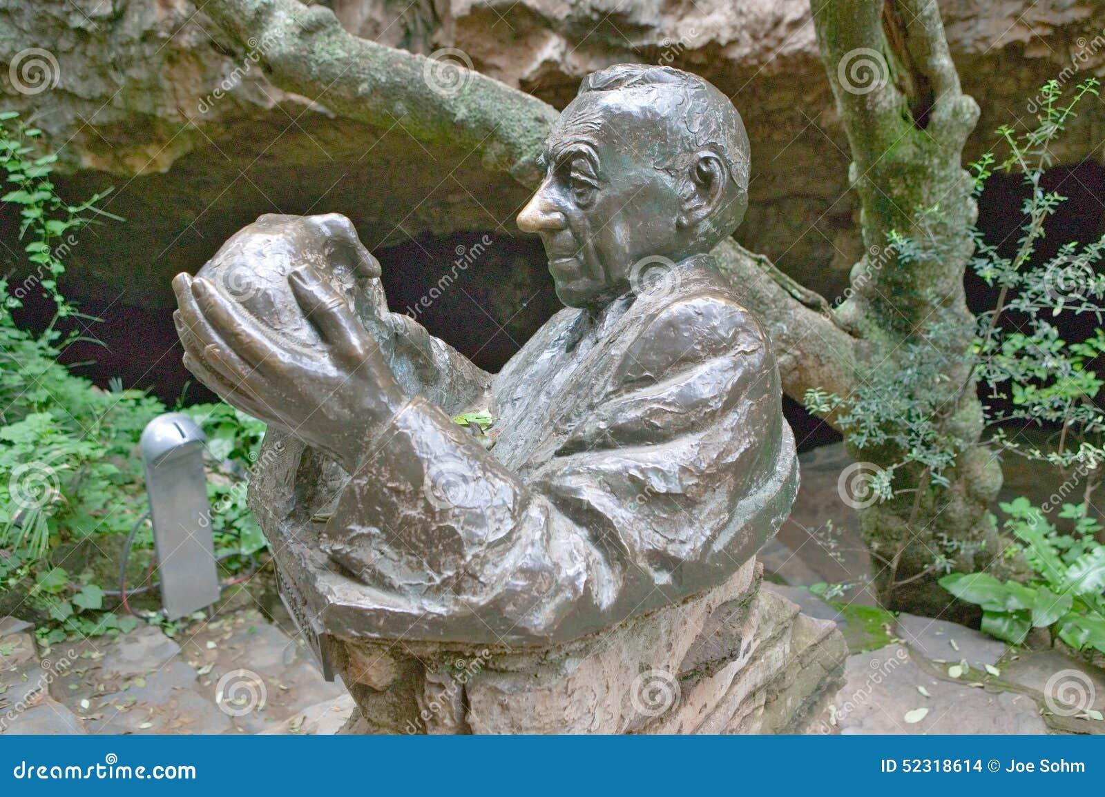 Статуя Д-р Роберта Веника смотря 2 8 миллионов годовалый череп Госпожи Ples на вашгерде человечества, месте всемирного наследия в