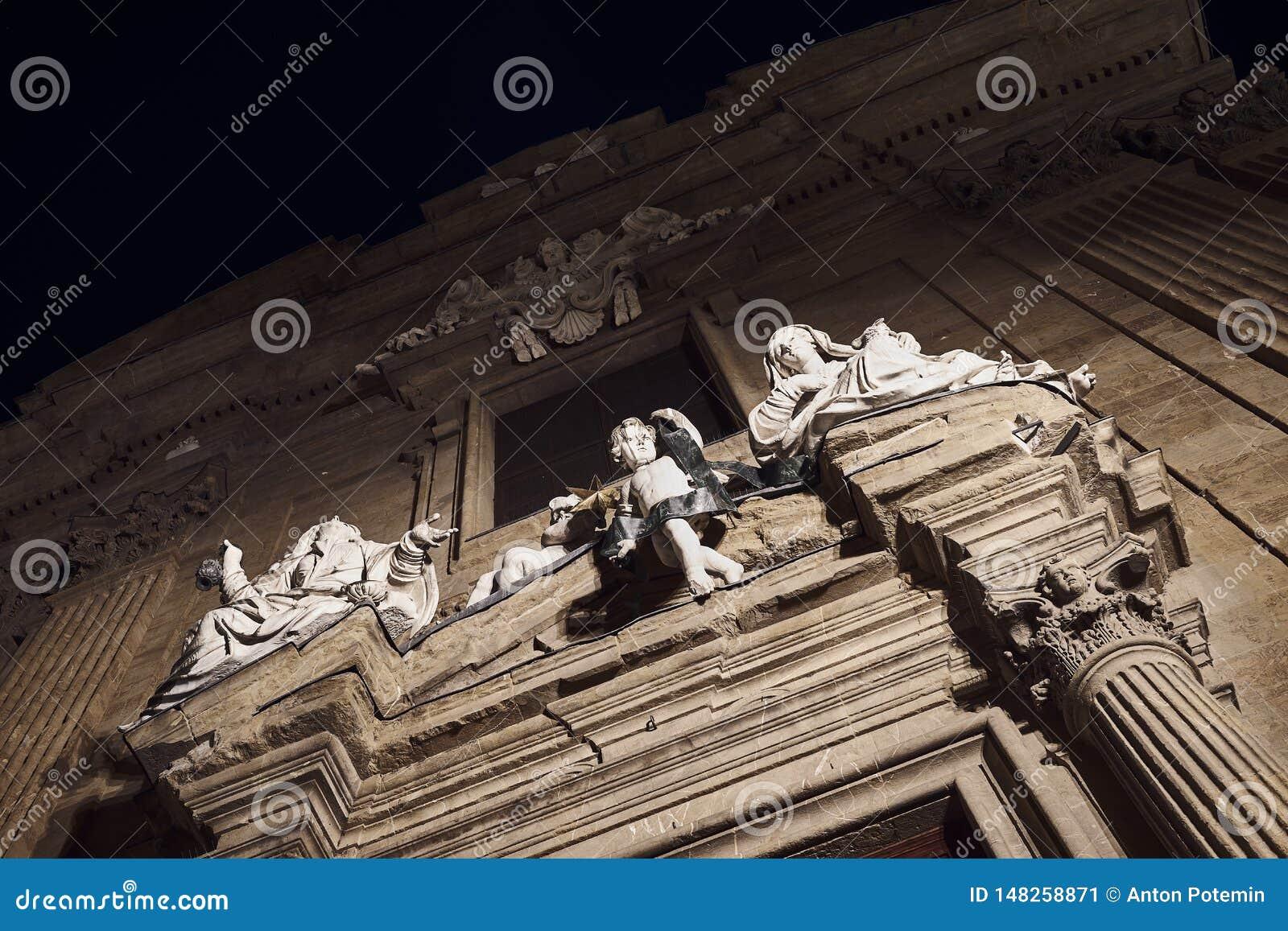 Статуя женщин и ангела ребенка во Флоренс r