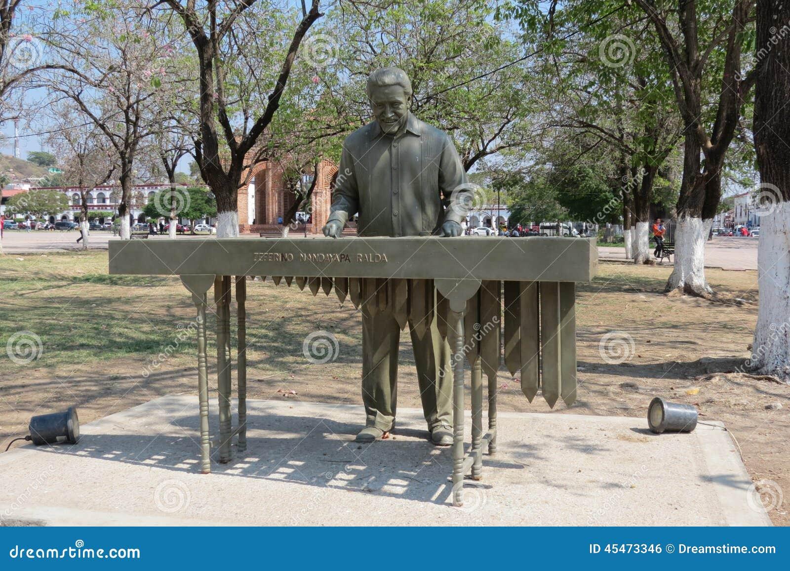 Статуя игрока маримбы