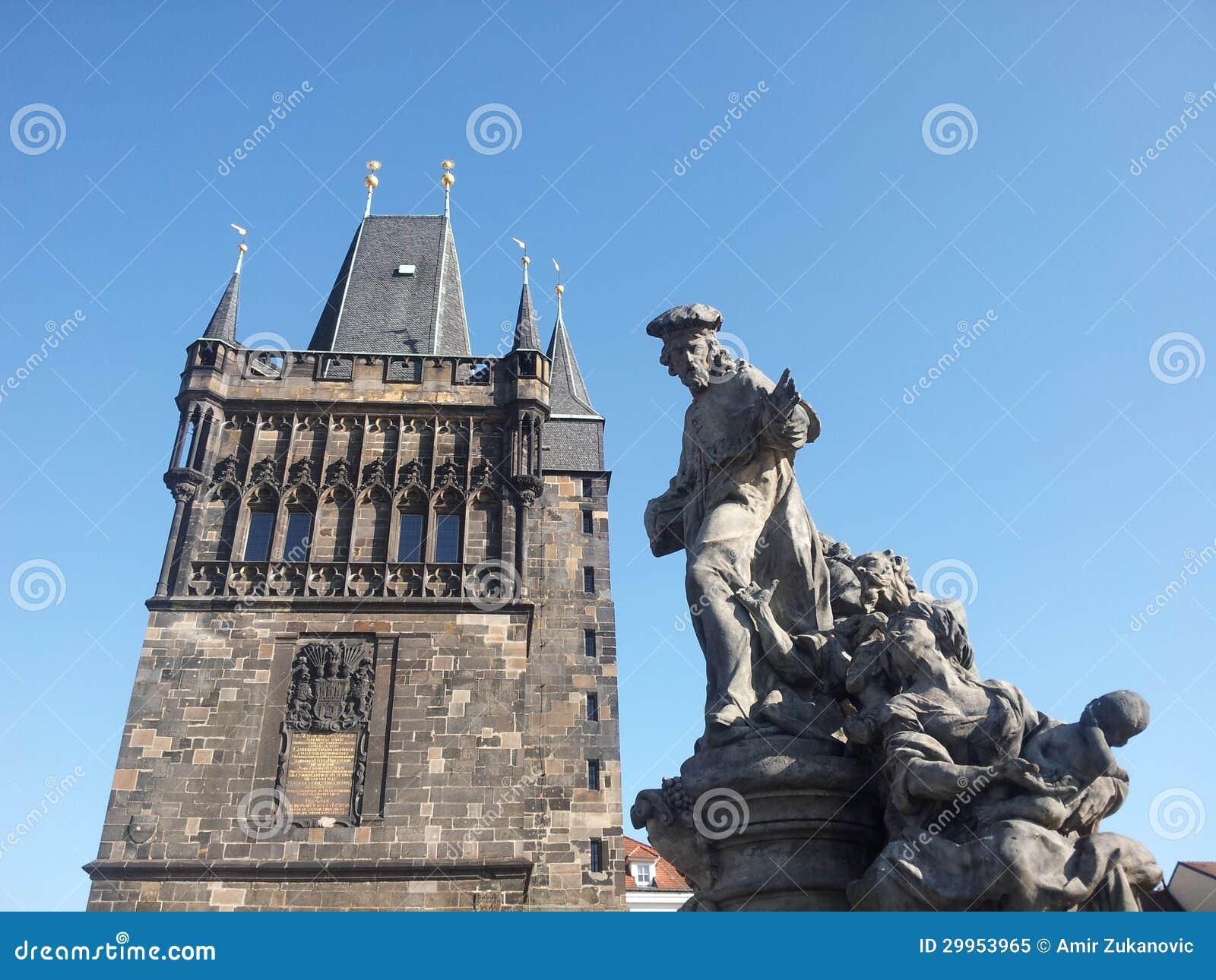 Статуя на мосте Карла с башней в предпосылке