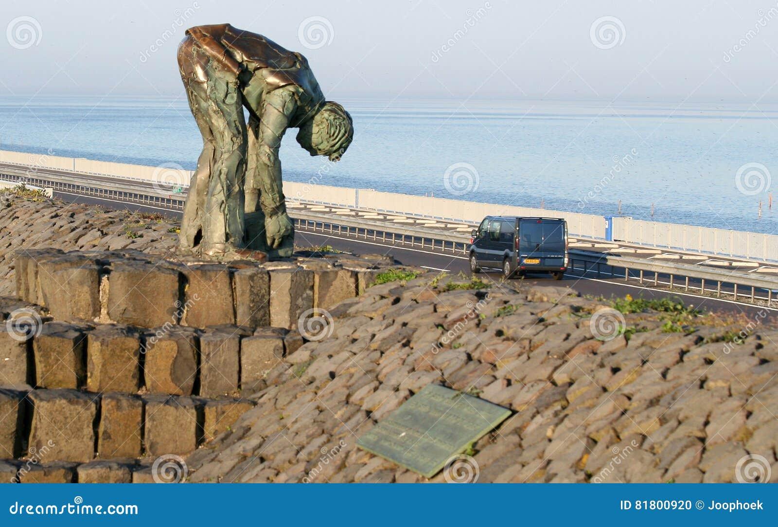 Статуя работников которые построили Afsluitdijk