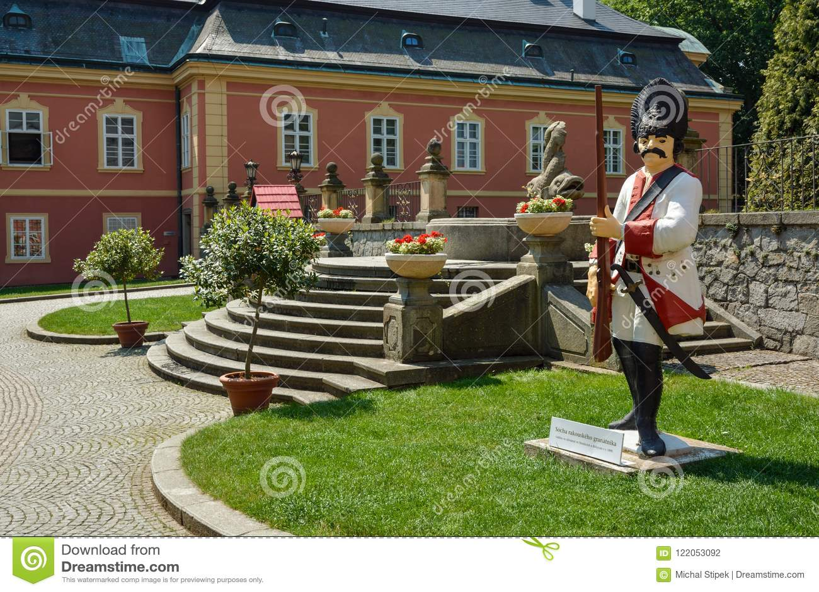 Статуя солдата на дворе замка Dobris