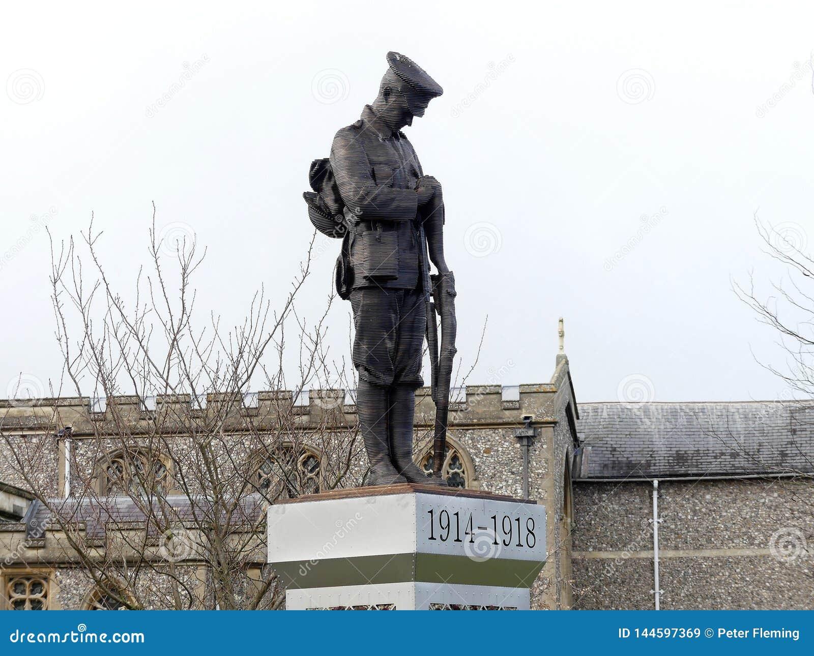 Статуя уединенного солдата на плинтусе в мемориальных садах в старом Amersham, Buckinghamshire, Великобритании