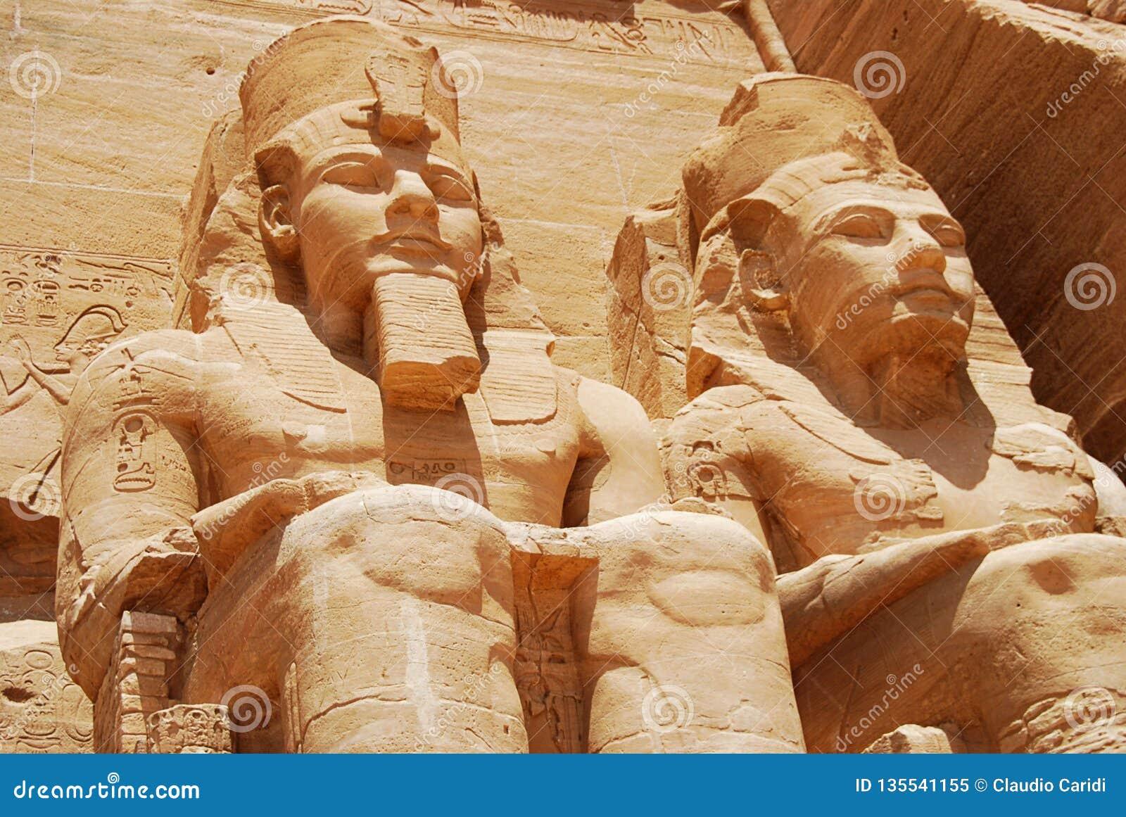 Статуя фараона Ramesses II на большем виске Abu Simbel, Египта