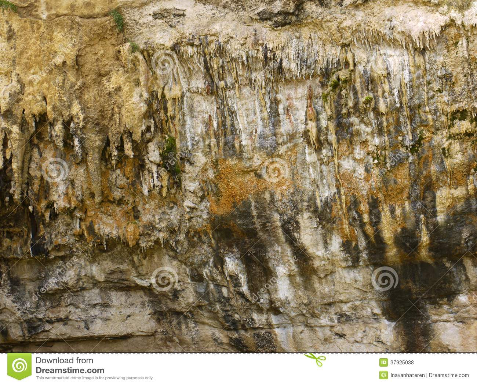 Сталагмиты и сталактиты в пещере