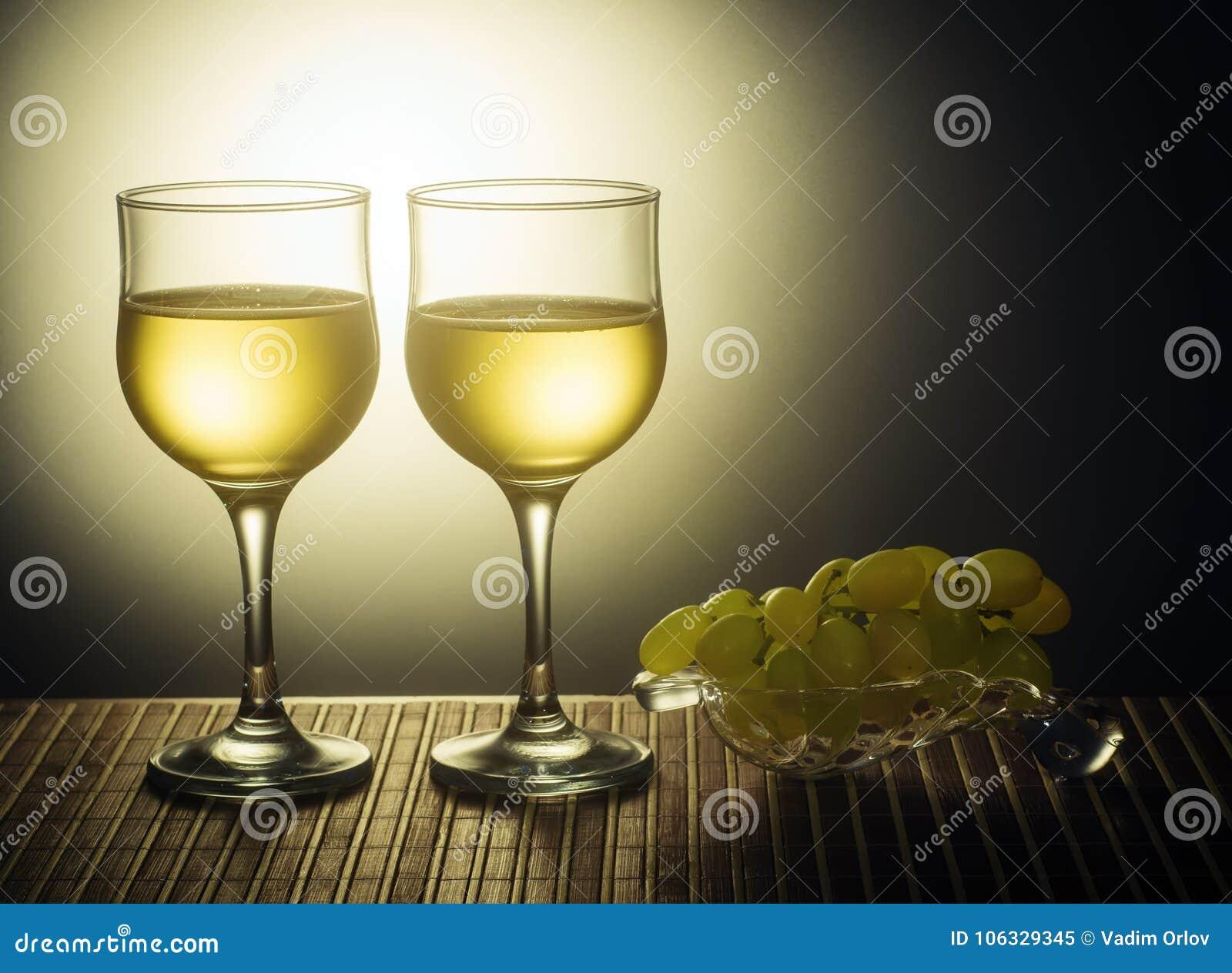 2 стекла белого вина и виноградин