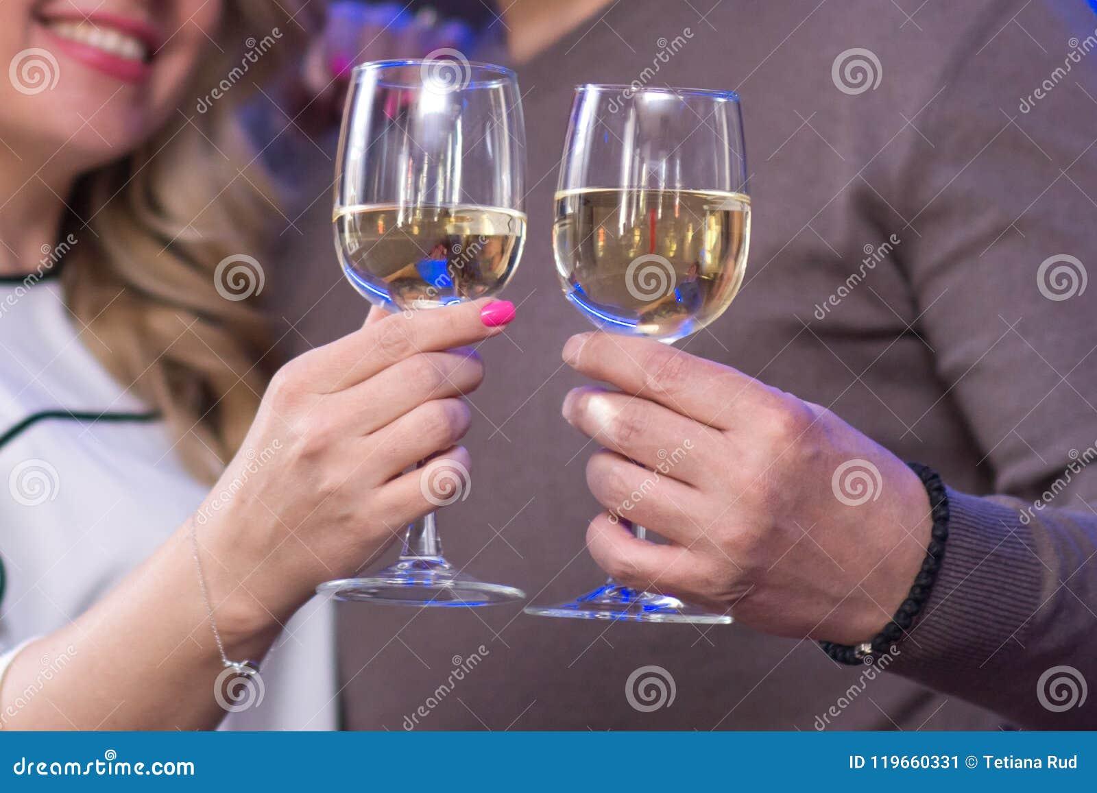 стекла в руках пары