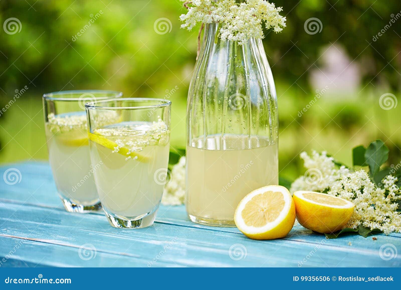 2 стекла и carafe лимонада elderflower