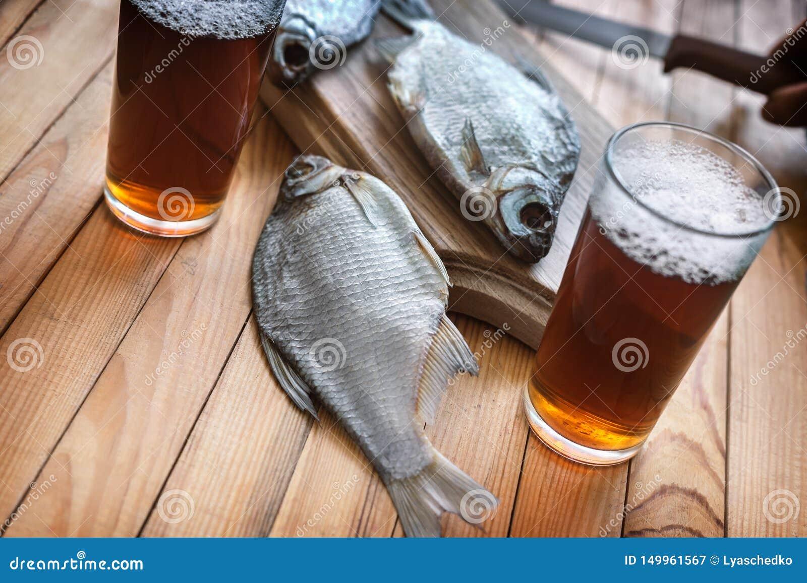 2 стекла пива и высушенных рыб