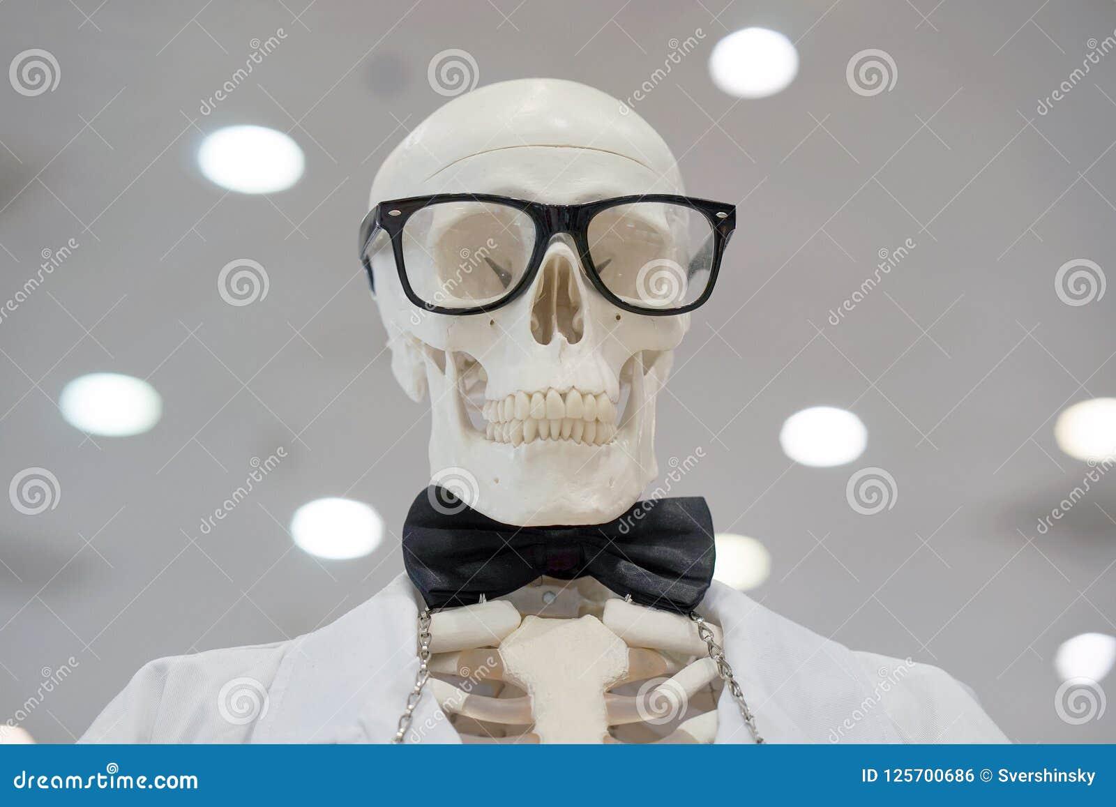Стекла скелета нося и белая лаборатория покрывают