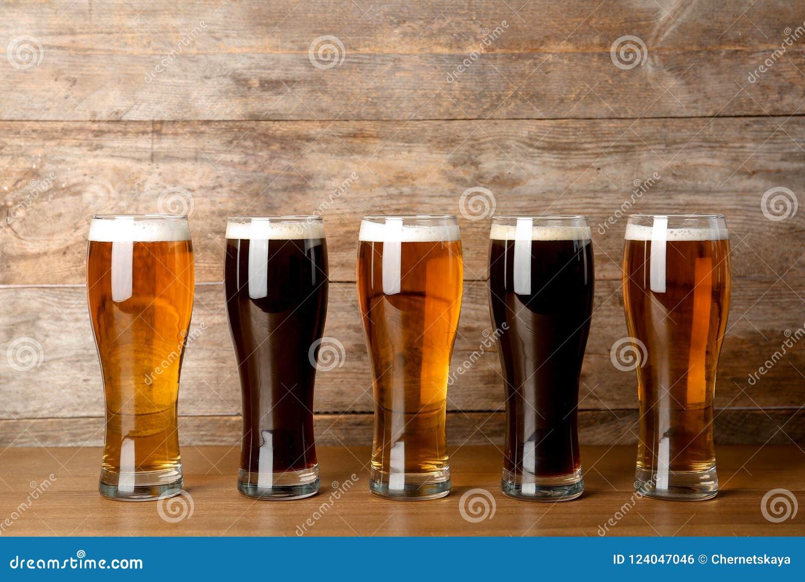 Стекла с пивом на таблице