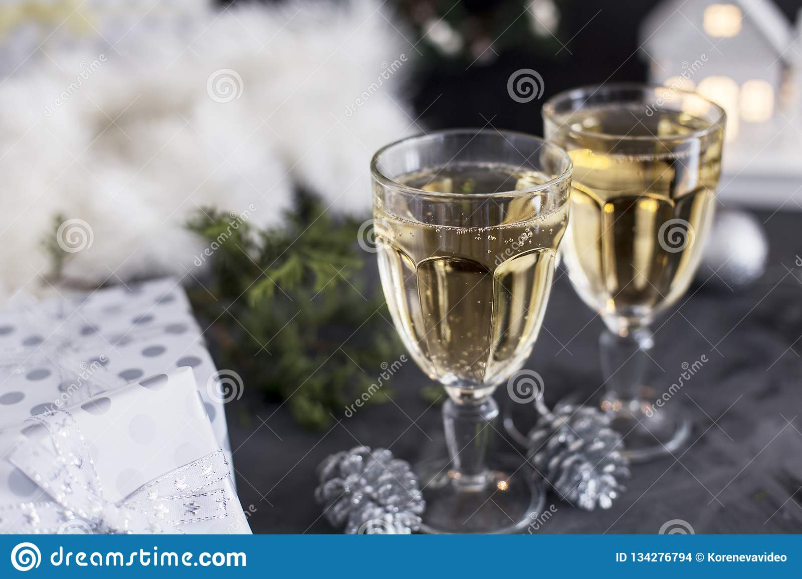 2 стекла с шампанским и мандаринами и настоящие моменты на черной предпосылке