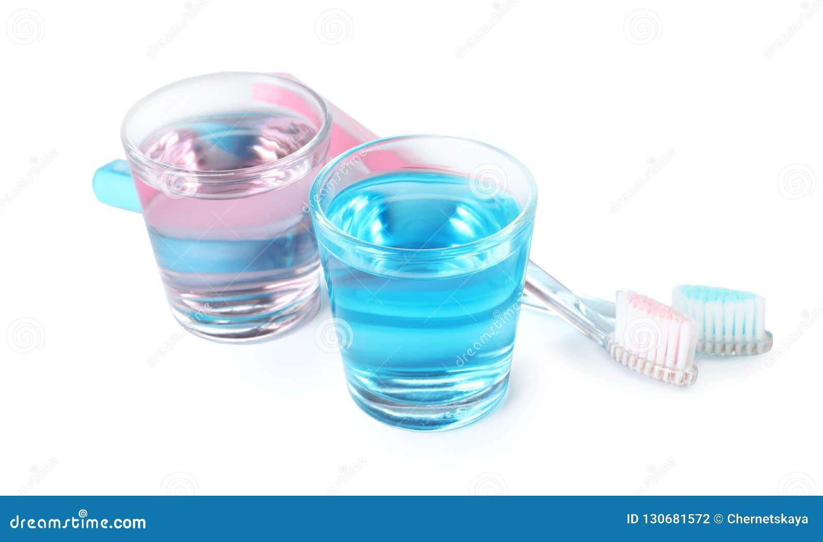 Стекла с mouthwash и зубными щетками