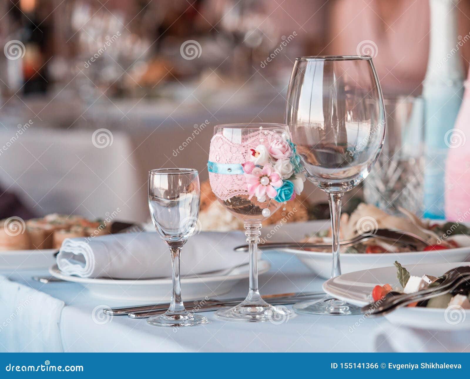 2 стекла шампанского на предпосылке букета свадьбы роз