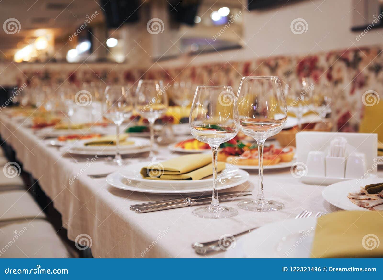 Стеклоизделие и столовый прибор для поставленного еду события Красивая сервировка стола с посудой для партии