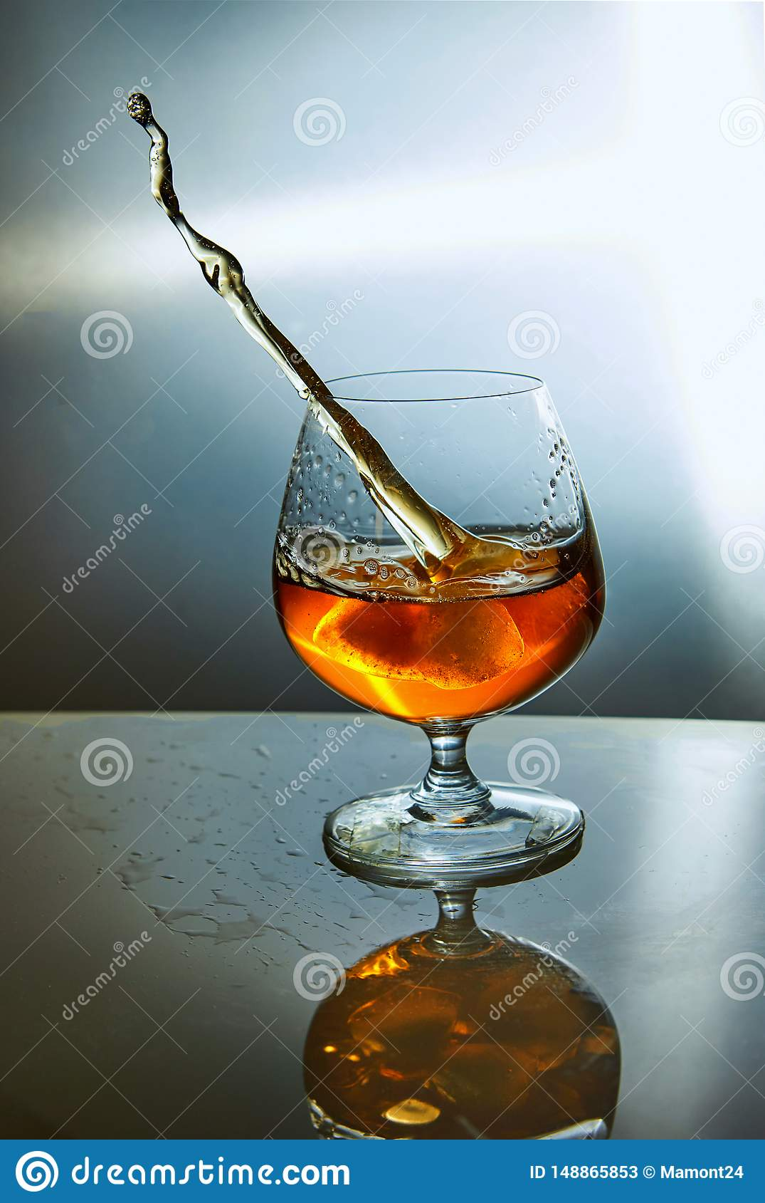 Стекло вискиа с волной на голубой предпосылке