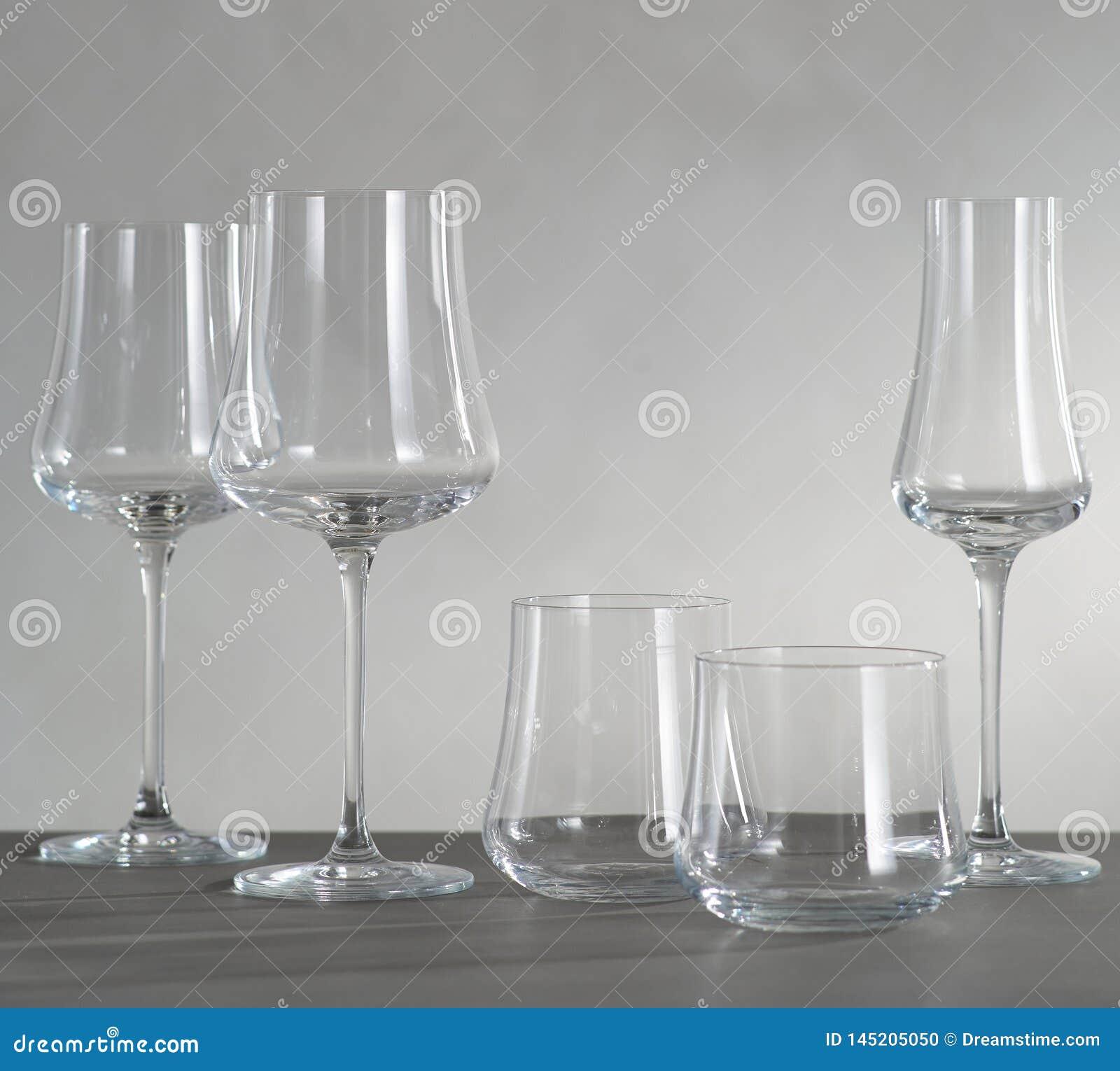Стекло красного вина и 4 пустых бокалов