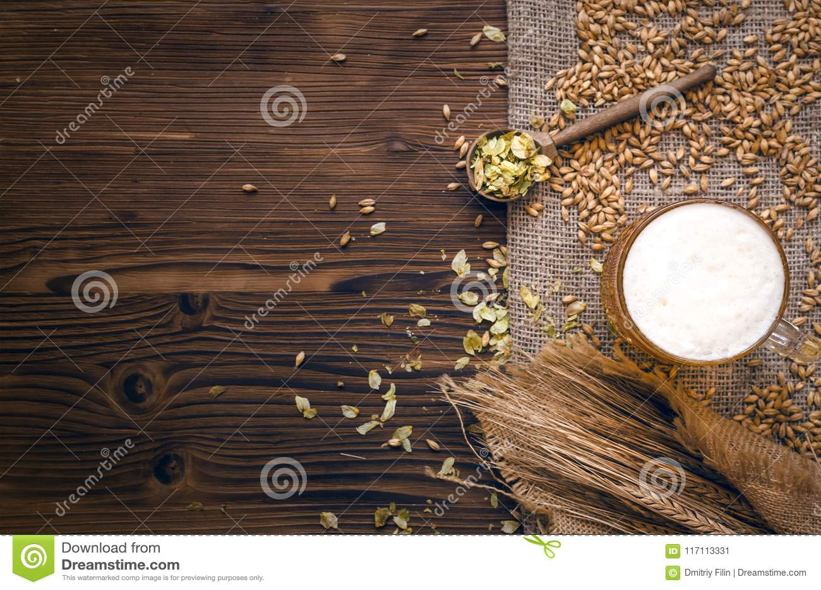 Стекло пенистого пива, солода и хмеля
