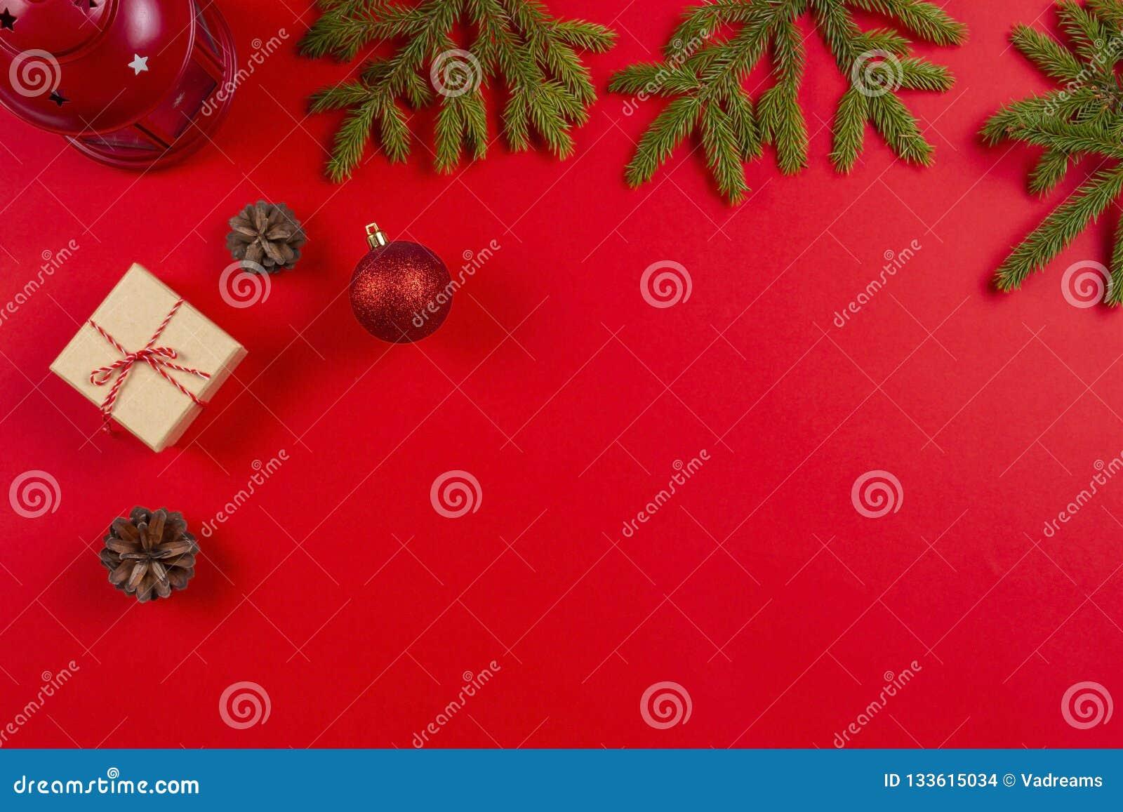 стекло состава рождества bauble голубое Ветви ели, украшения рождества конусов сосны и присутствующие подарочные коробки на красн