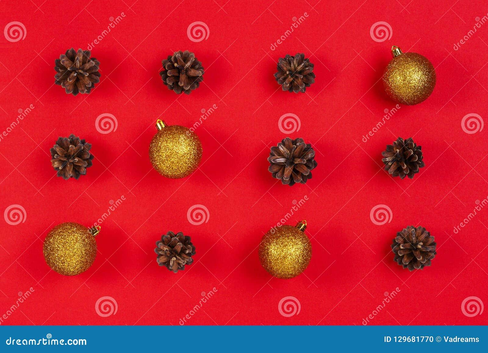 стекло состава рождества bauble голубое Картина сделанная украшения конусов сосны, желтых и красных рождества на красной предпосы