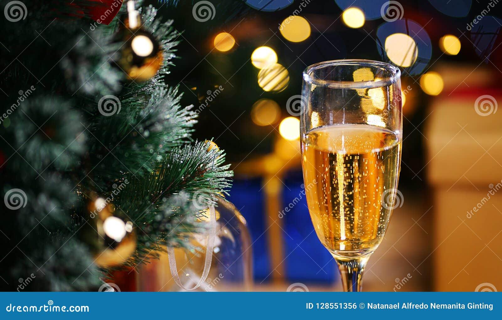 Стекло Шампани около рождественской елки Закройте вверх по съемке