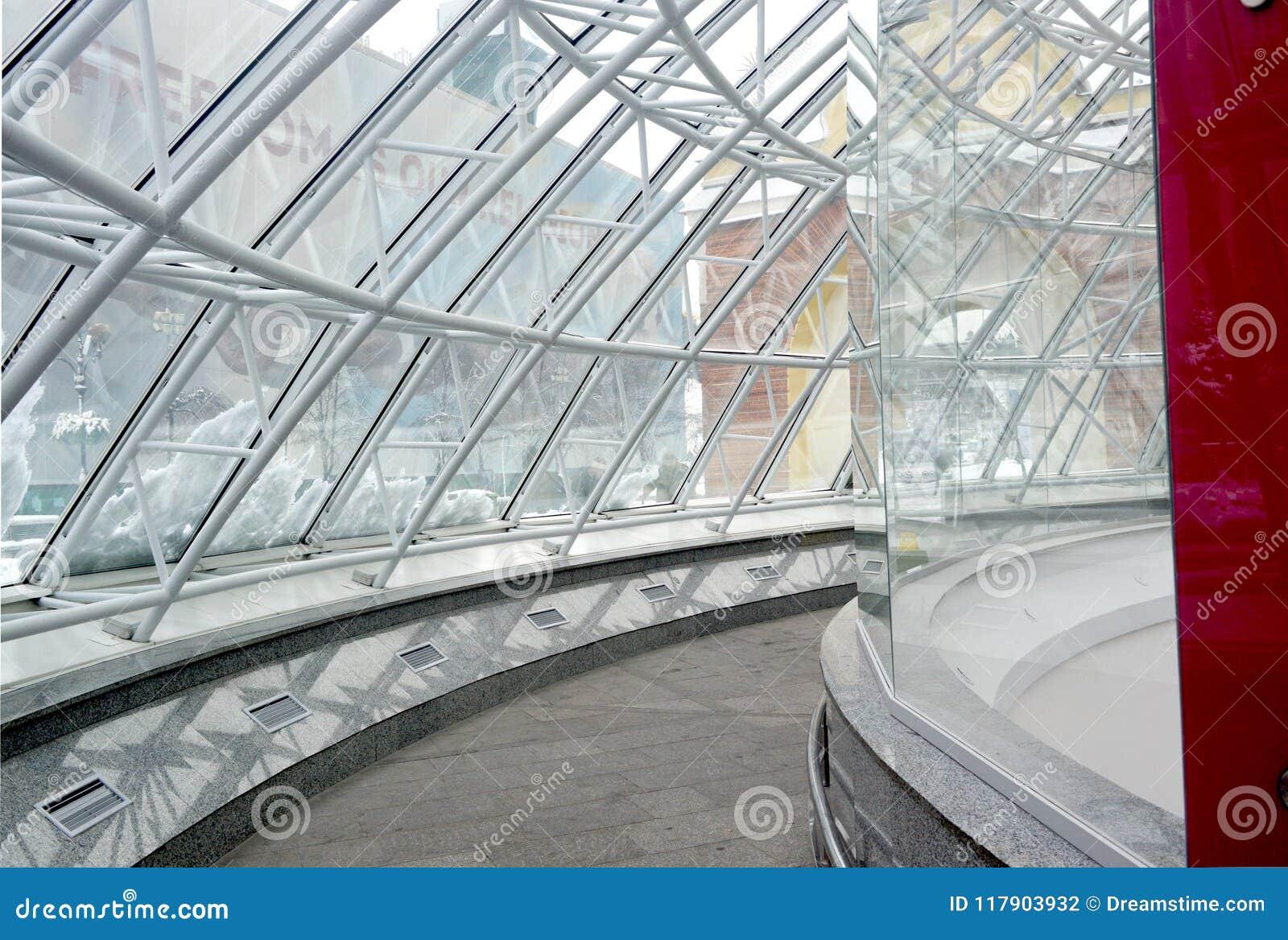 Стеклянный купол входа