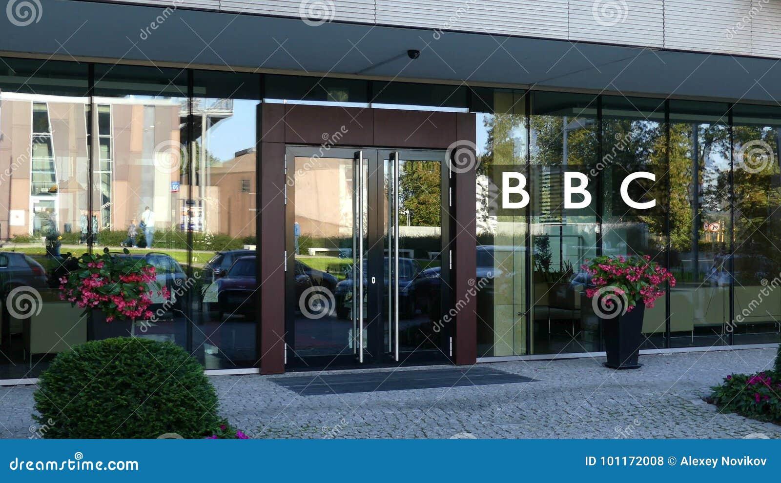 Стеклянный фасад современного офисного здания с логотипом BBC Британской вещательной корпорации Редакционный перевод 3D