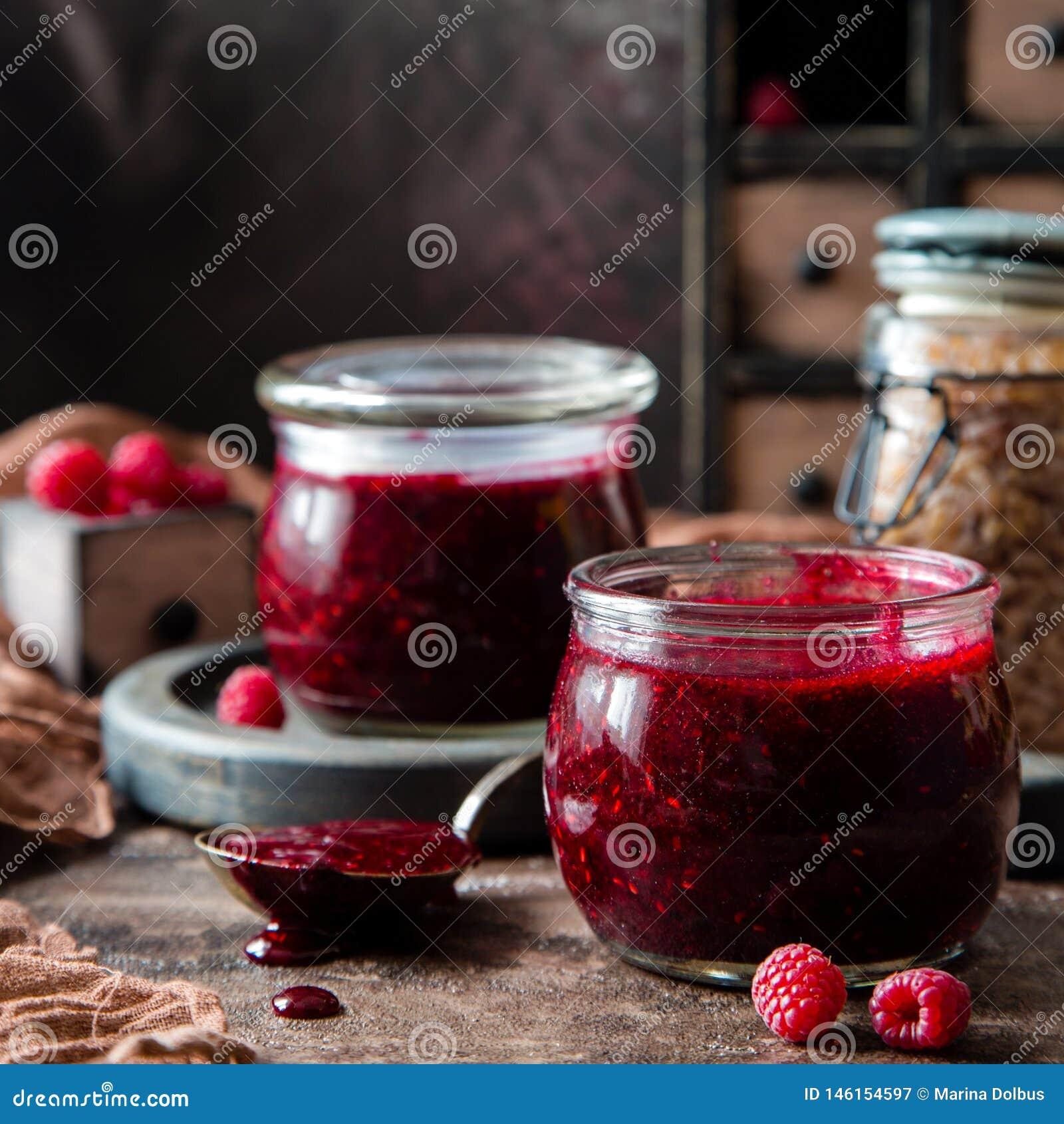 2 стеклянных опарника с домодельное темным - красное варенье