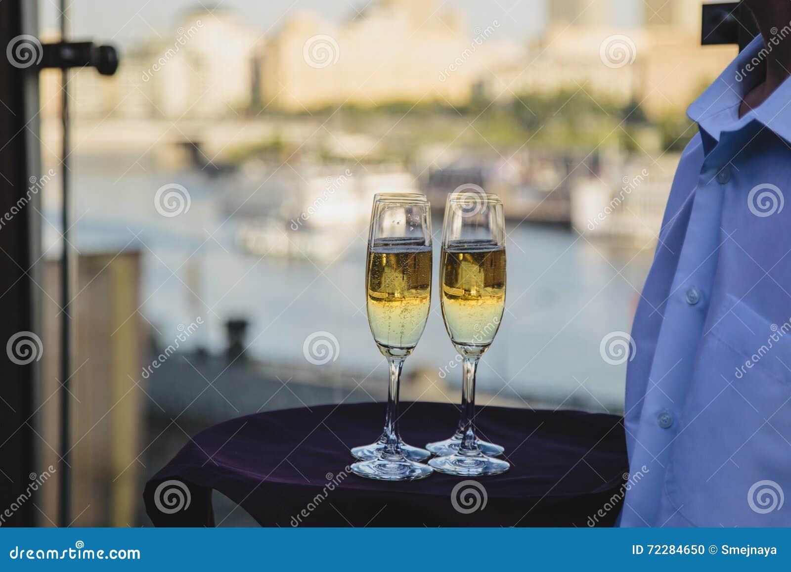 Download Стекла белого вина, отражая горизонт города Стоковое Фото - изображение насчитывающей кельнер, коктеил: 72284650