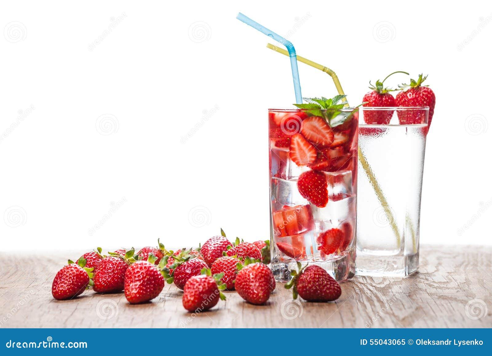 2 стекла коктеиля и ягод клубники