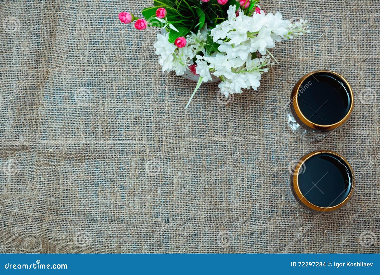 Download 2 стекла красного вина и цветков Стоковое Фото - изображение насчитывающей вино, романтично: 72297284