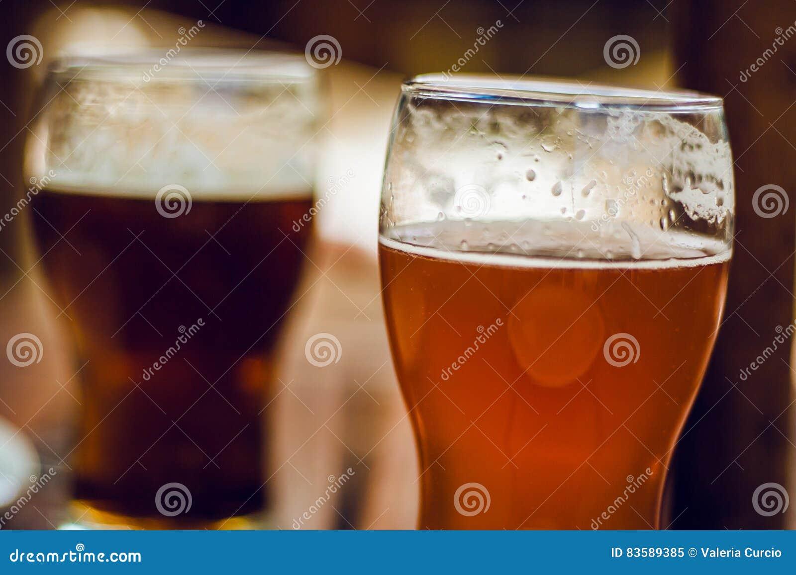 стекла пива пустые полные одна секунда
