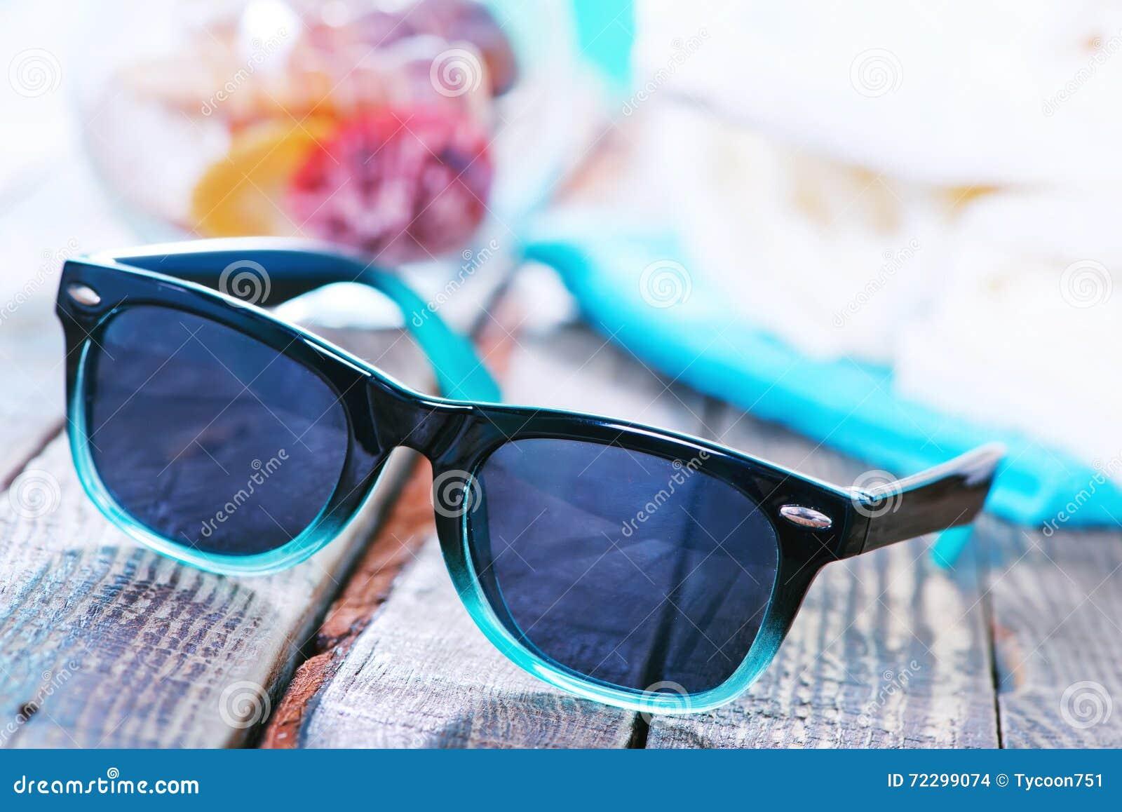 Download Стекла Солнця и темповые сальто сальто Стоковое Фото - изображение насчитывающей взморье, coast: 72299074