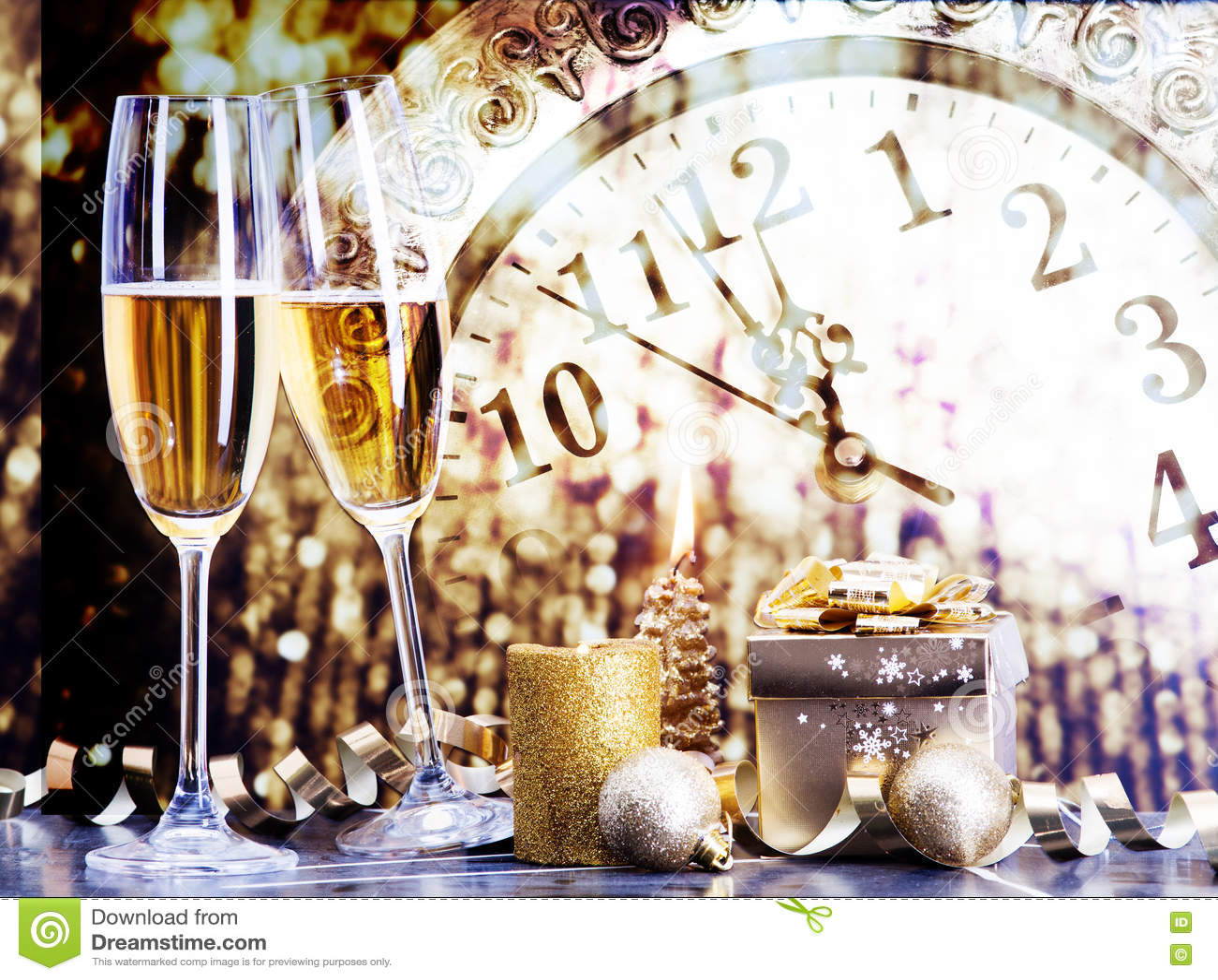 Стекла с шампанским против светов праздника