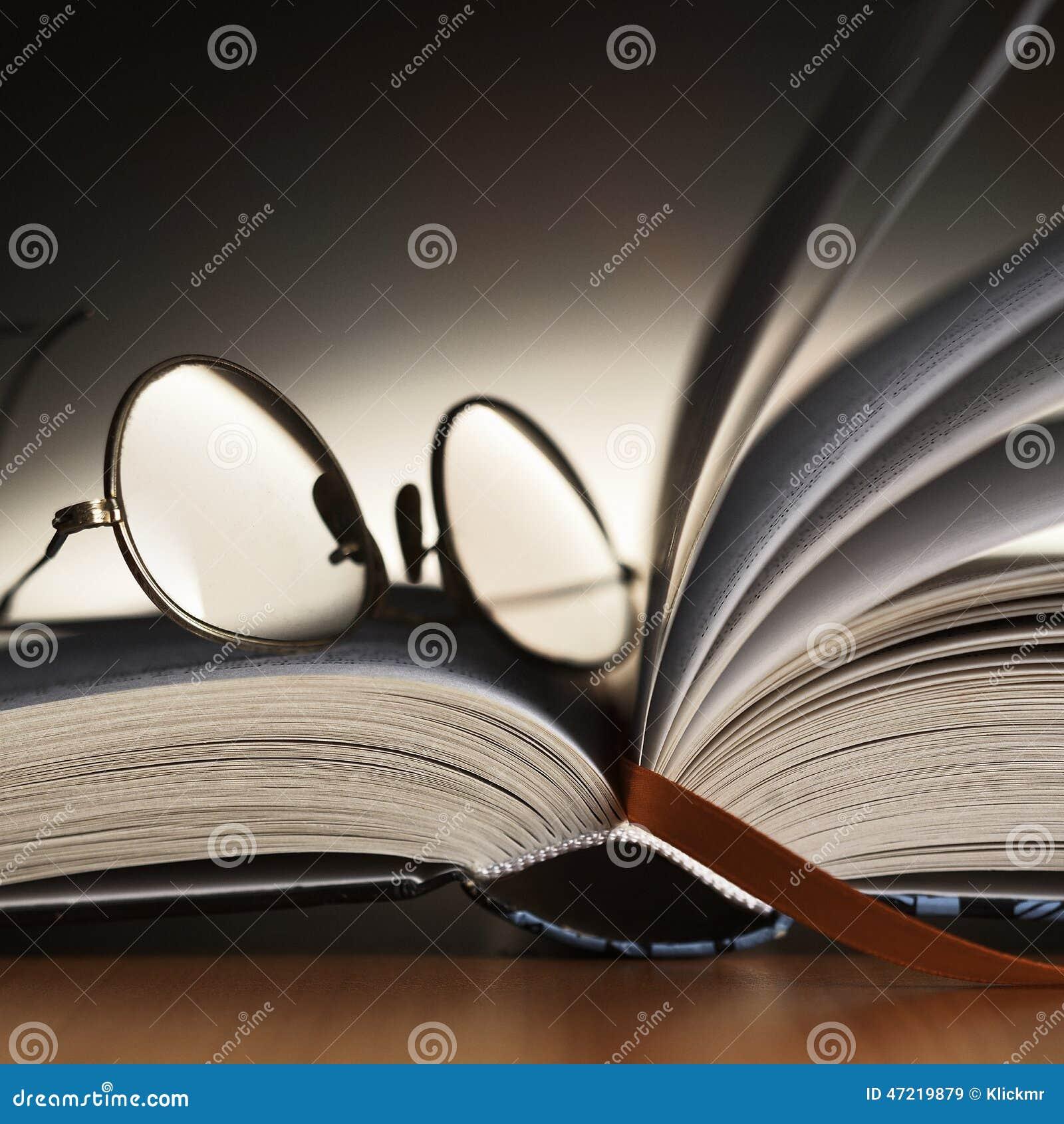 Стекла чтения на книге