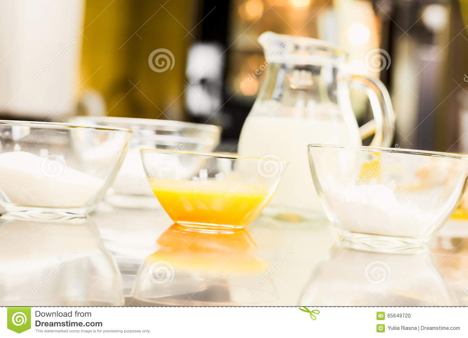 Стеклоизделие с яичками, сахар, мука Кувшин vodoy Кухня Na В магазине кондитерскаи