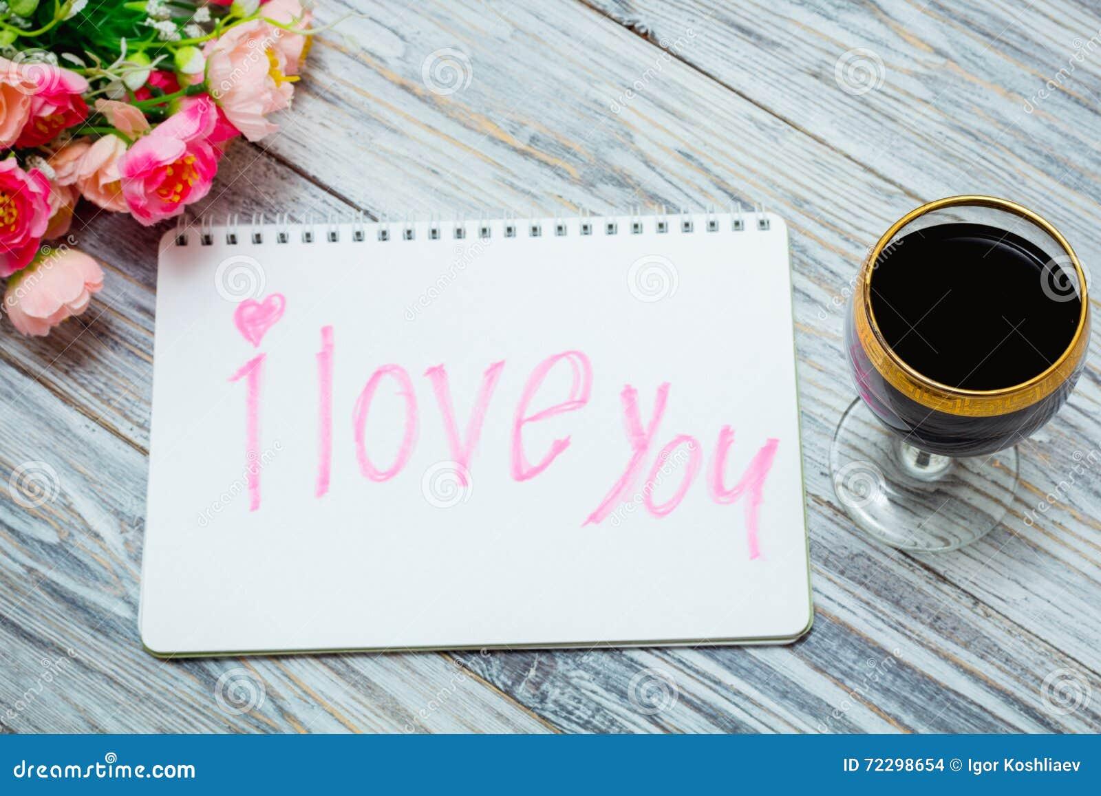 Download Стекло красного вина и цветков Стоковое Фото - изображение насчитывающей романтично, вполне: 72298654