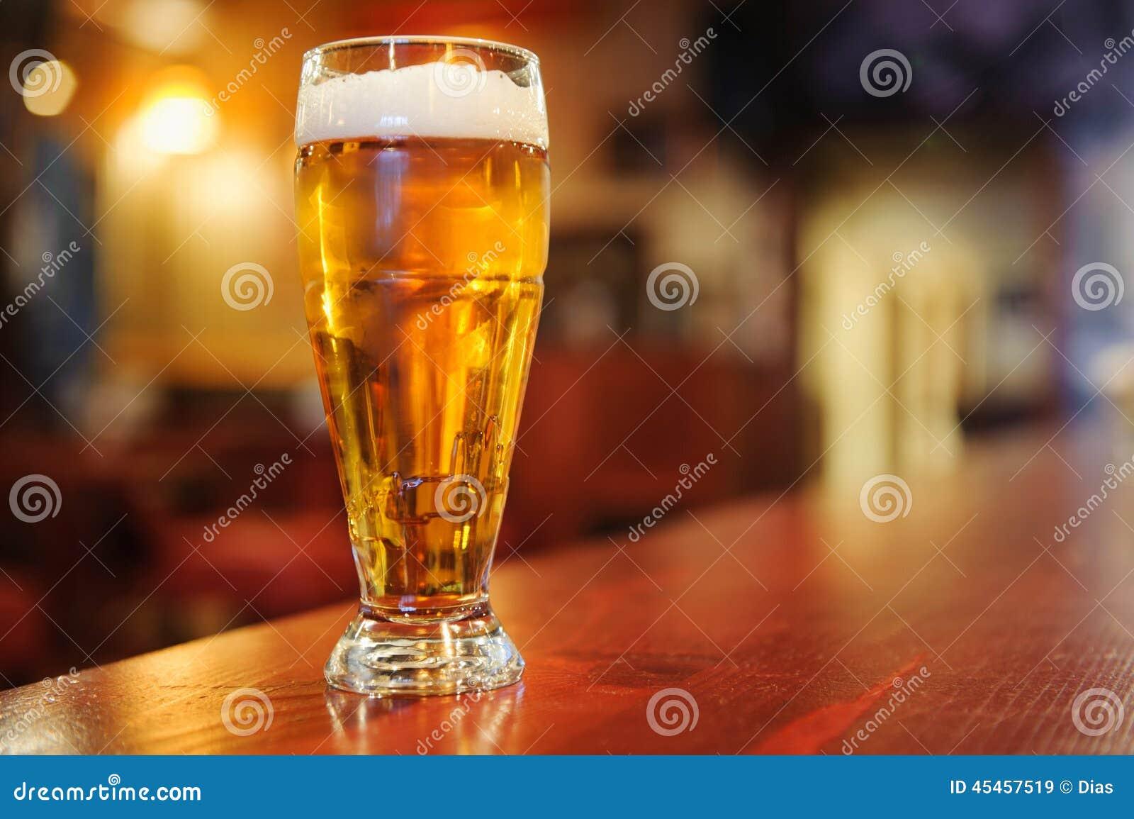 Стекло пива на баре