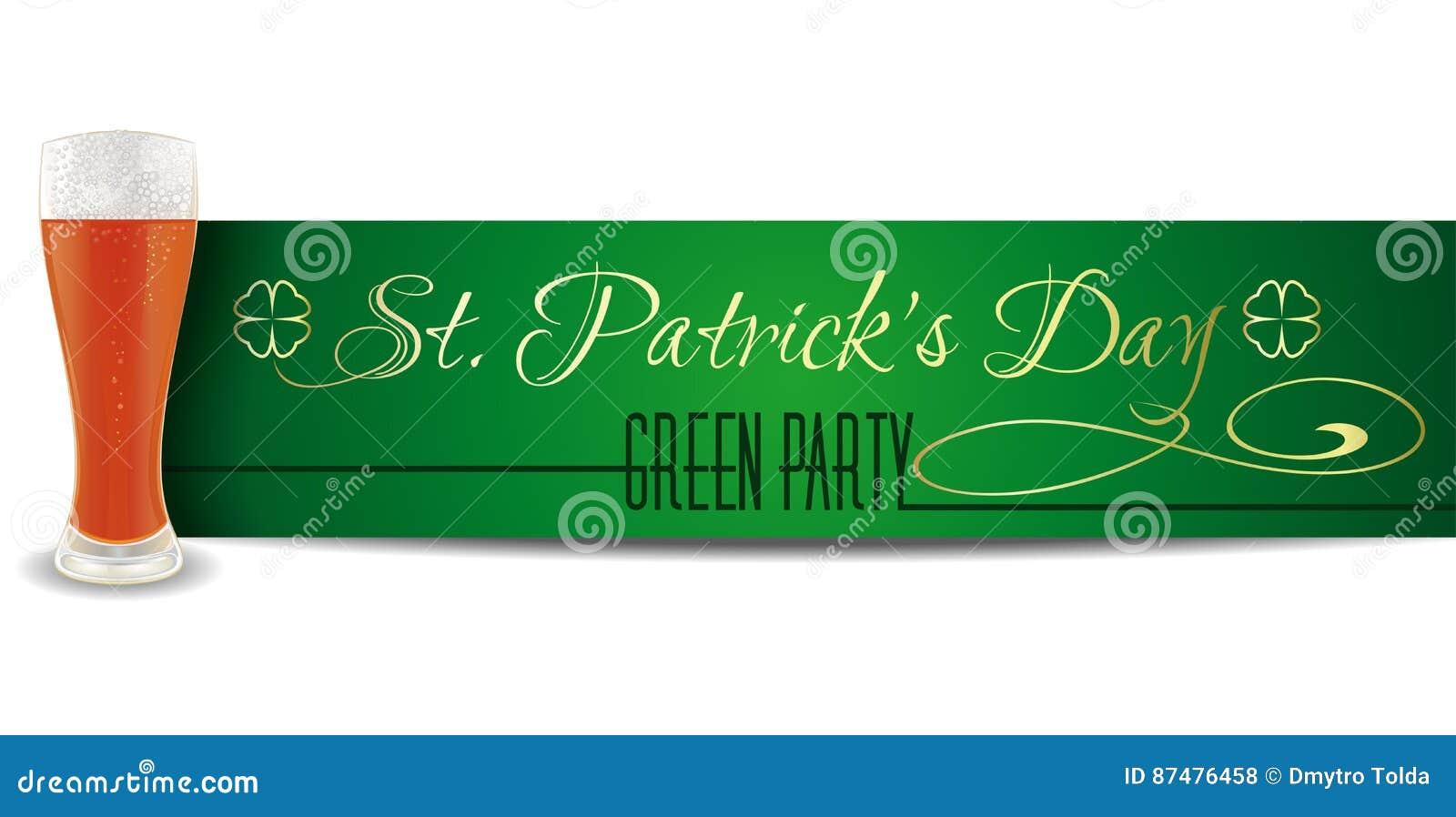 Стекло пива на предпосылке знамени дня St Patricks литерность золота на зеленой предпосылке