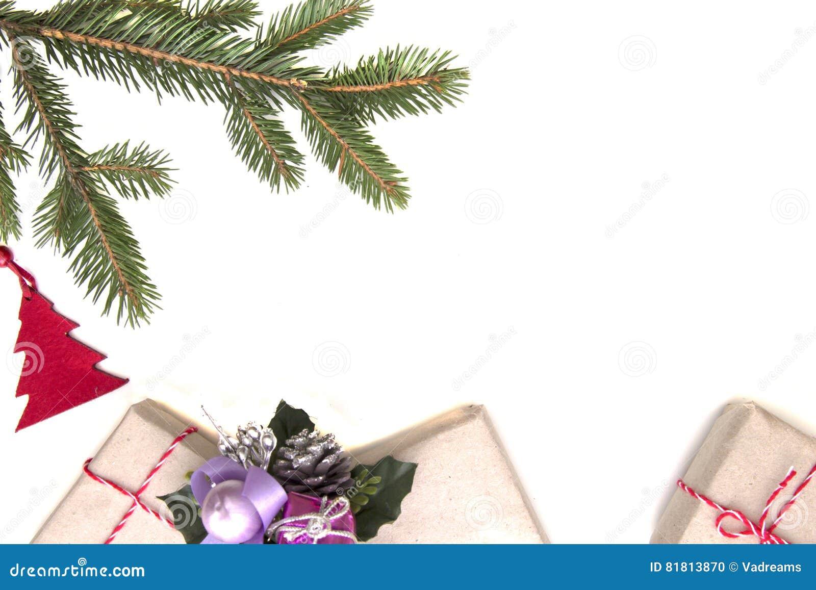 стекло состава рождества bauble голубое Зеленые twings ели, подарки Xmas и украшения на белой предпосылке Взгляд сверху, плоское