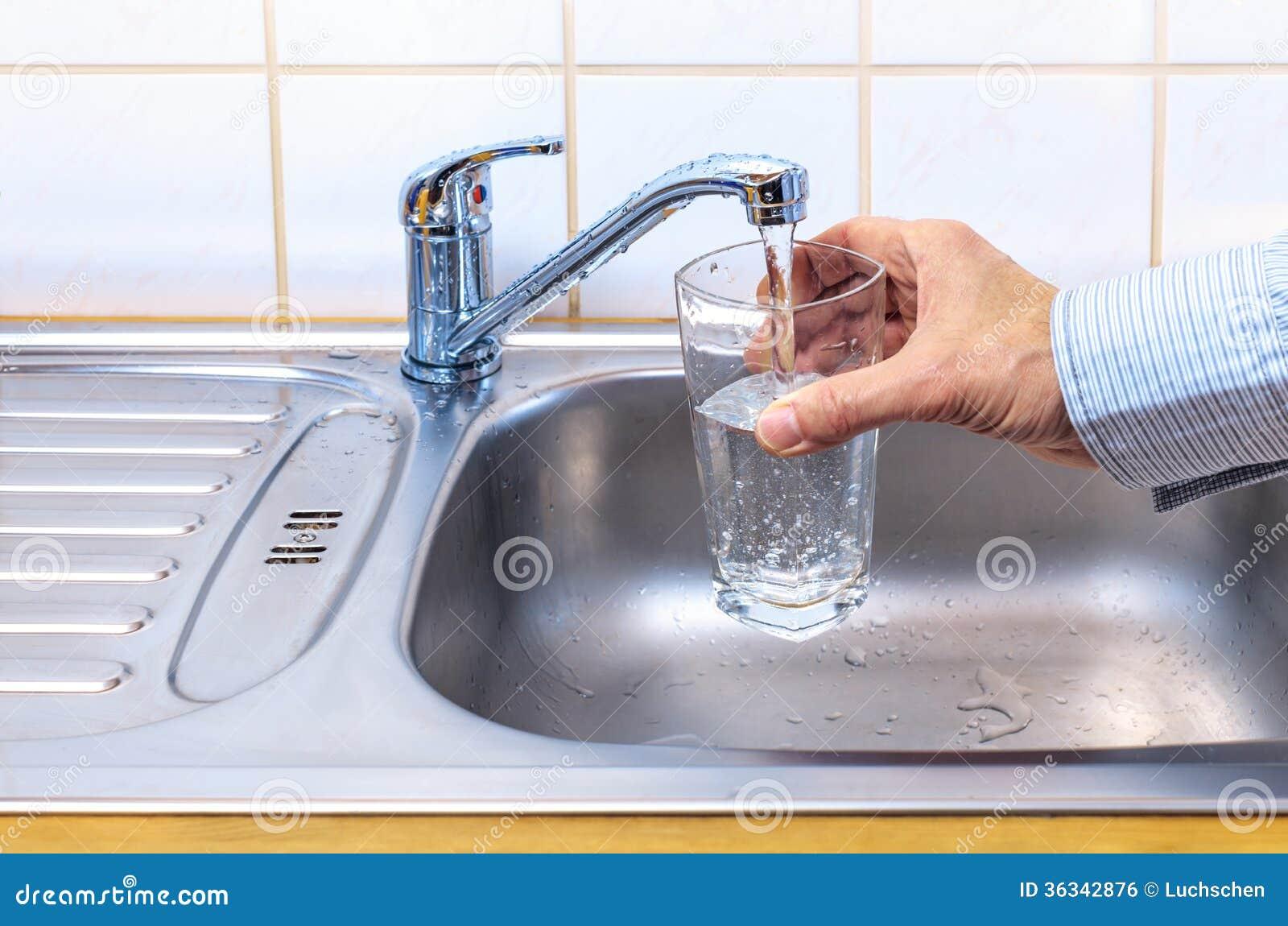 Стекло с водой из крана