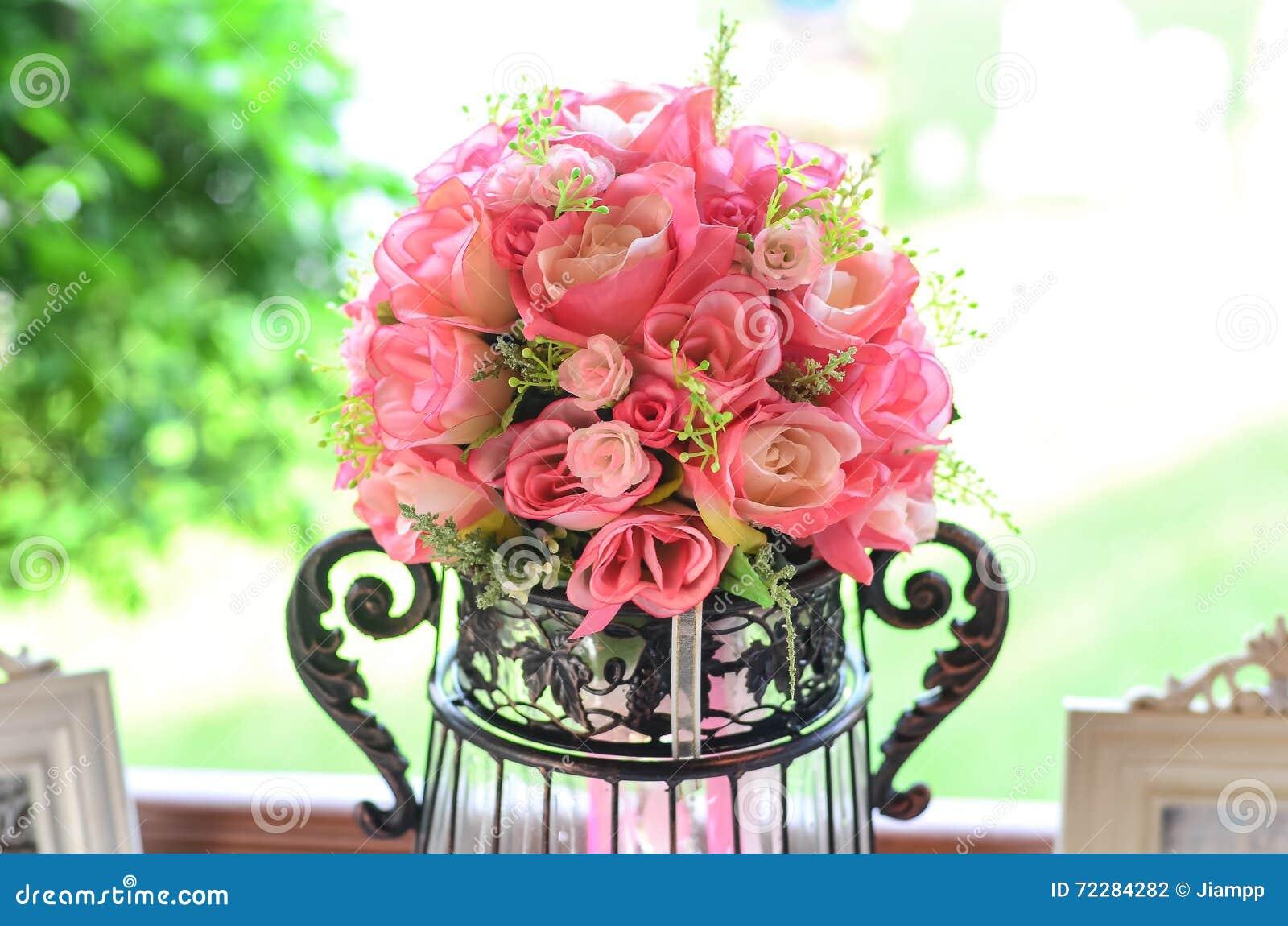 Download Стеклянная ваза с цветками, красивый орнамент в свадьбе Стоковое Фото - изображение насчитывающей конструкция, green: 72284282