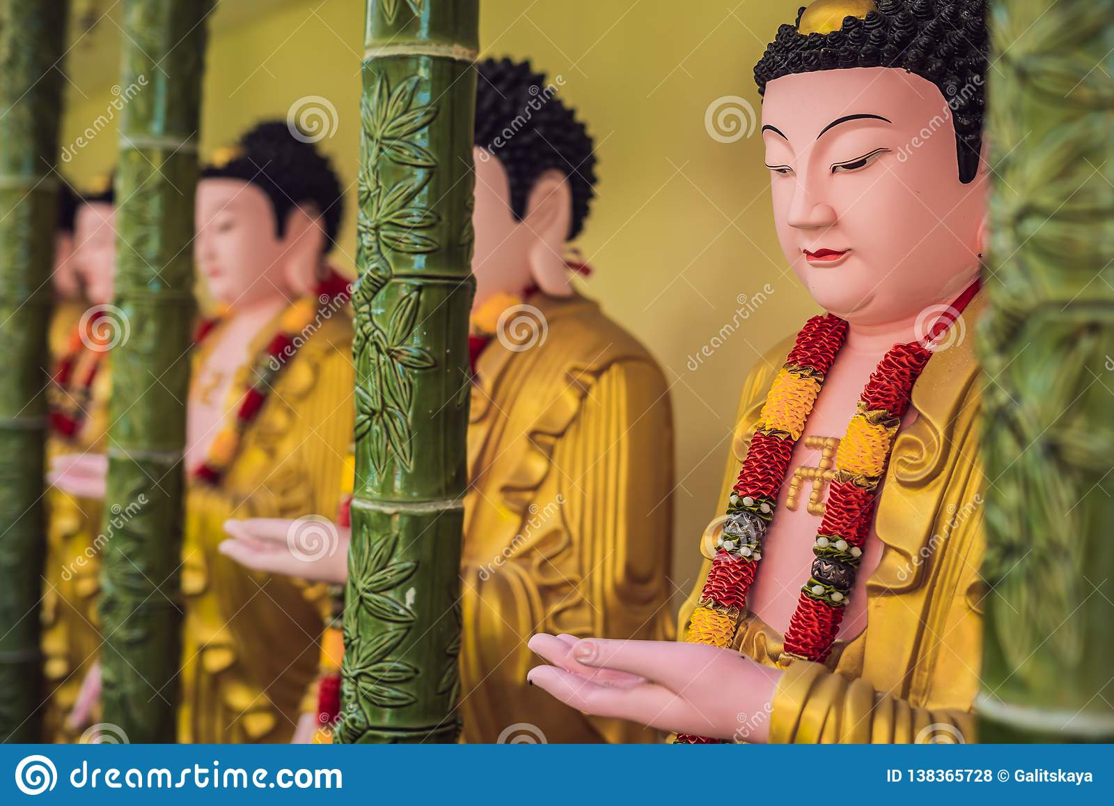 Стена в виске заполнена с buddhas Концепция буддизма вероисповедания Текстура, буддизм предпосылки