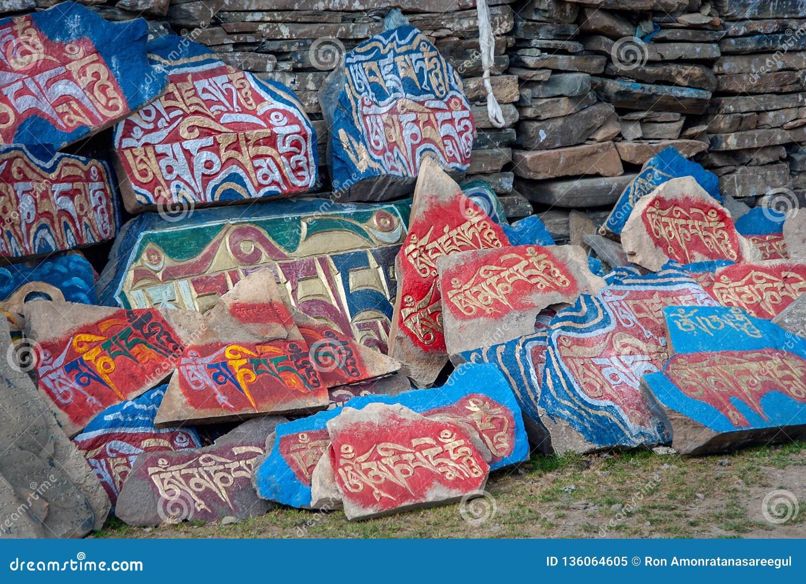 Стена камней Mani тибетского буддизма