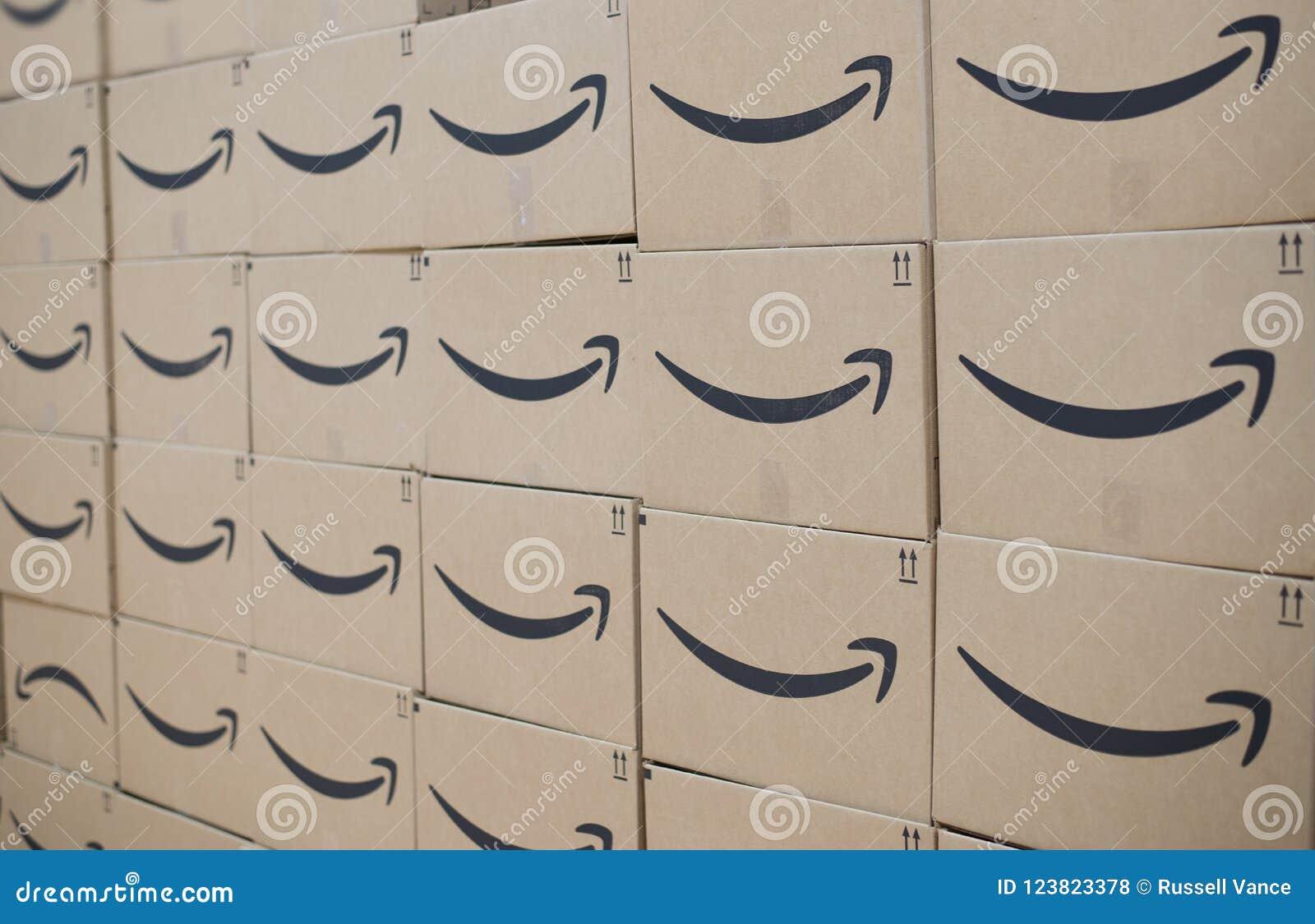 Стена коробок доставки главного Амазонки