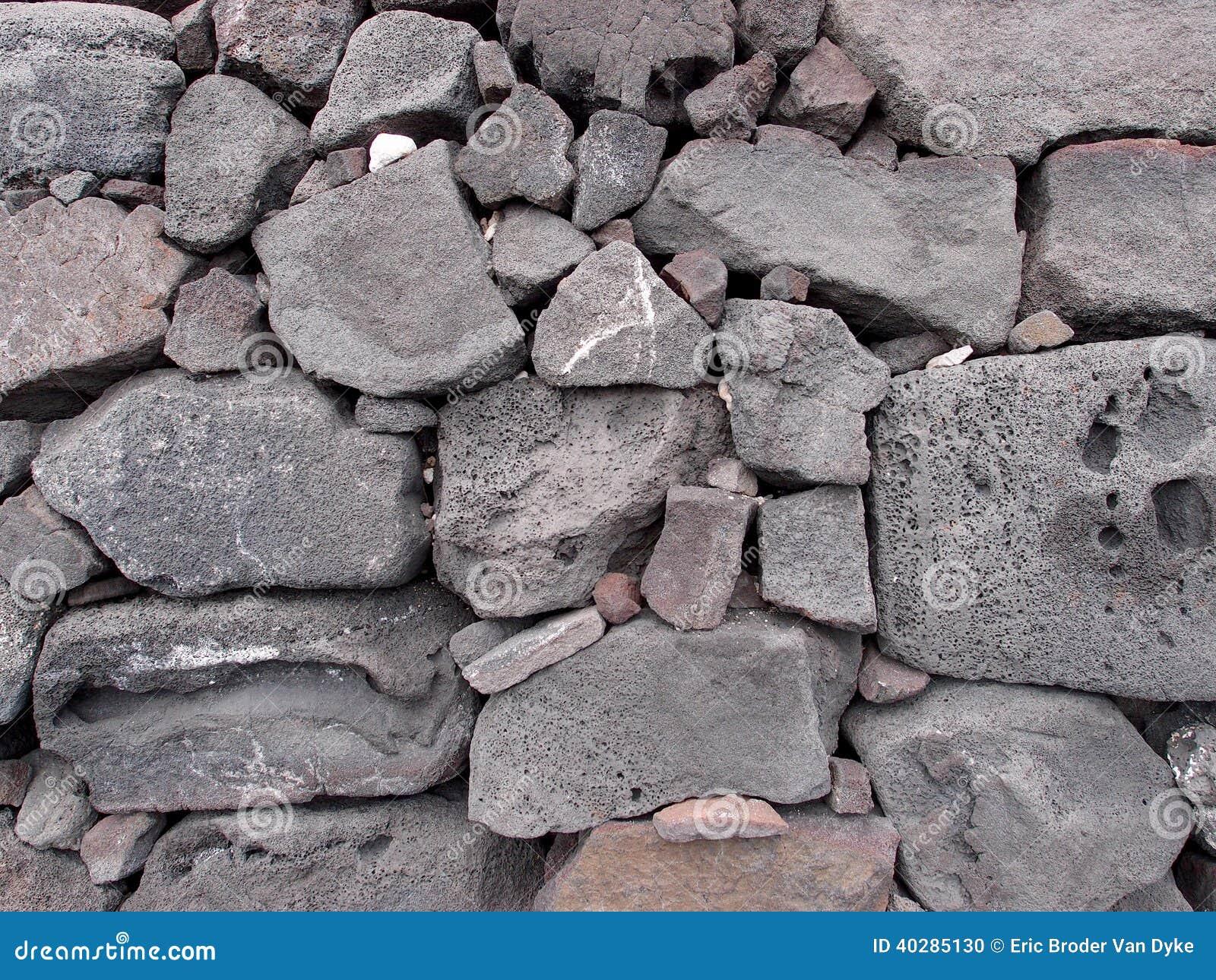 Стена старой лавы каменная