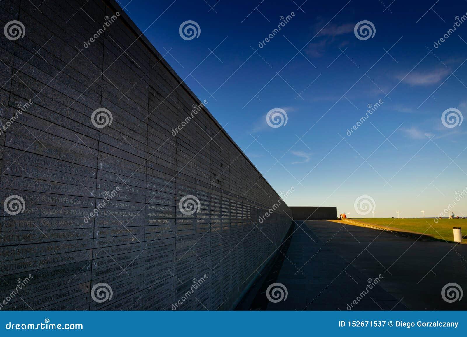 Стена с именами жертв насилия государства в парке памяти в Буэносе-Айрес, Аргентине