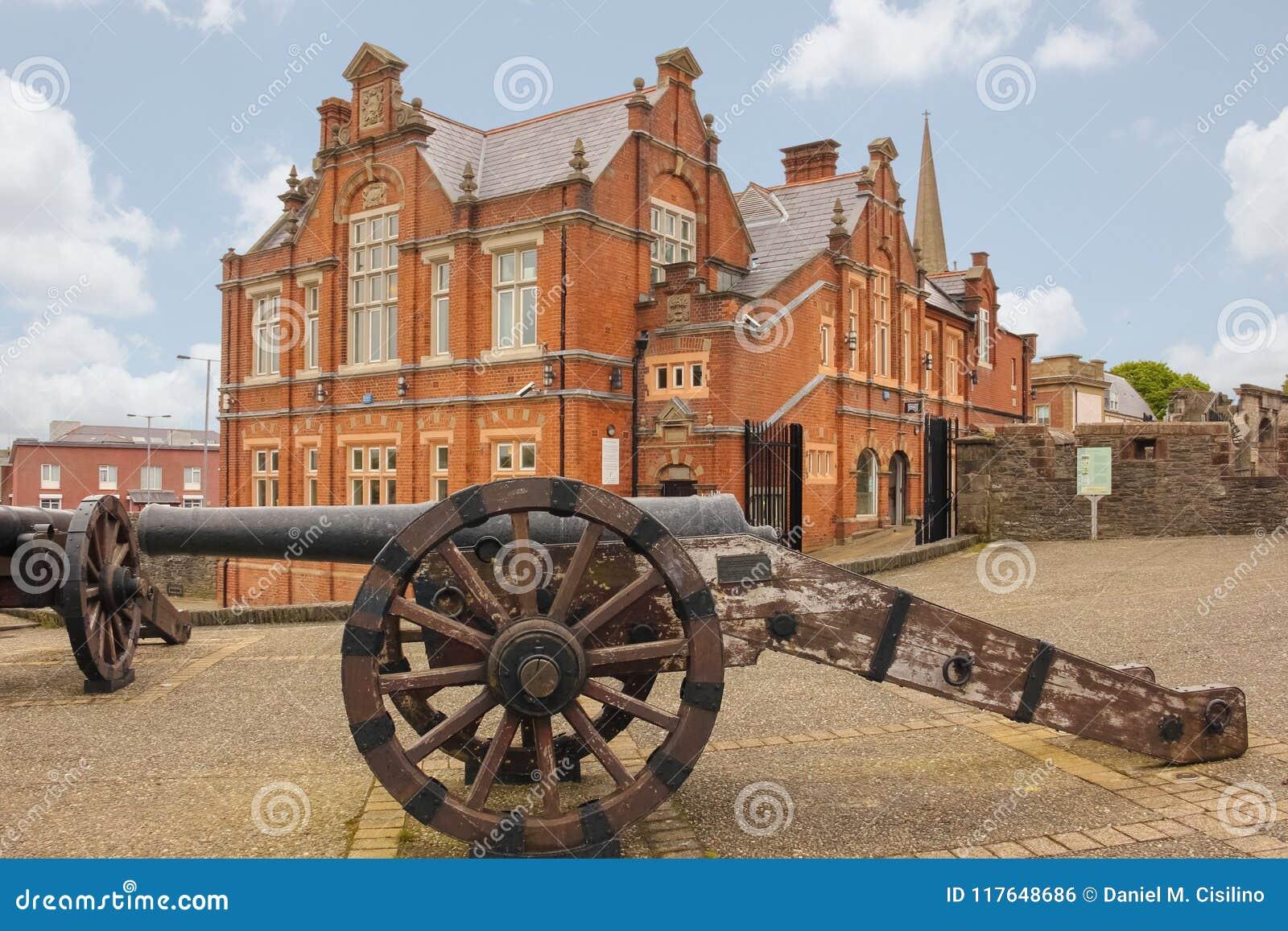 Стены бастиона и города Derry Лондондерри Северная Ирландия соединенное королевство